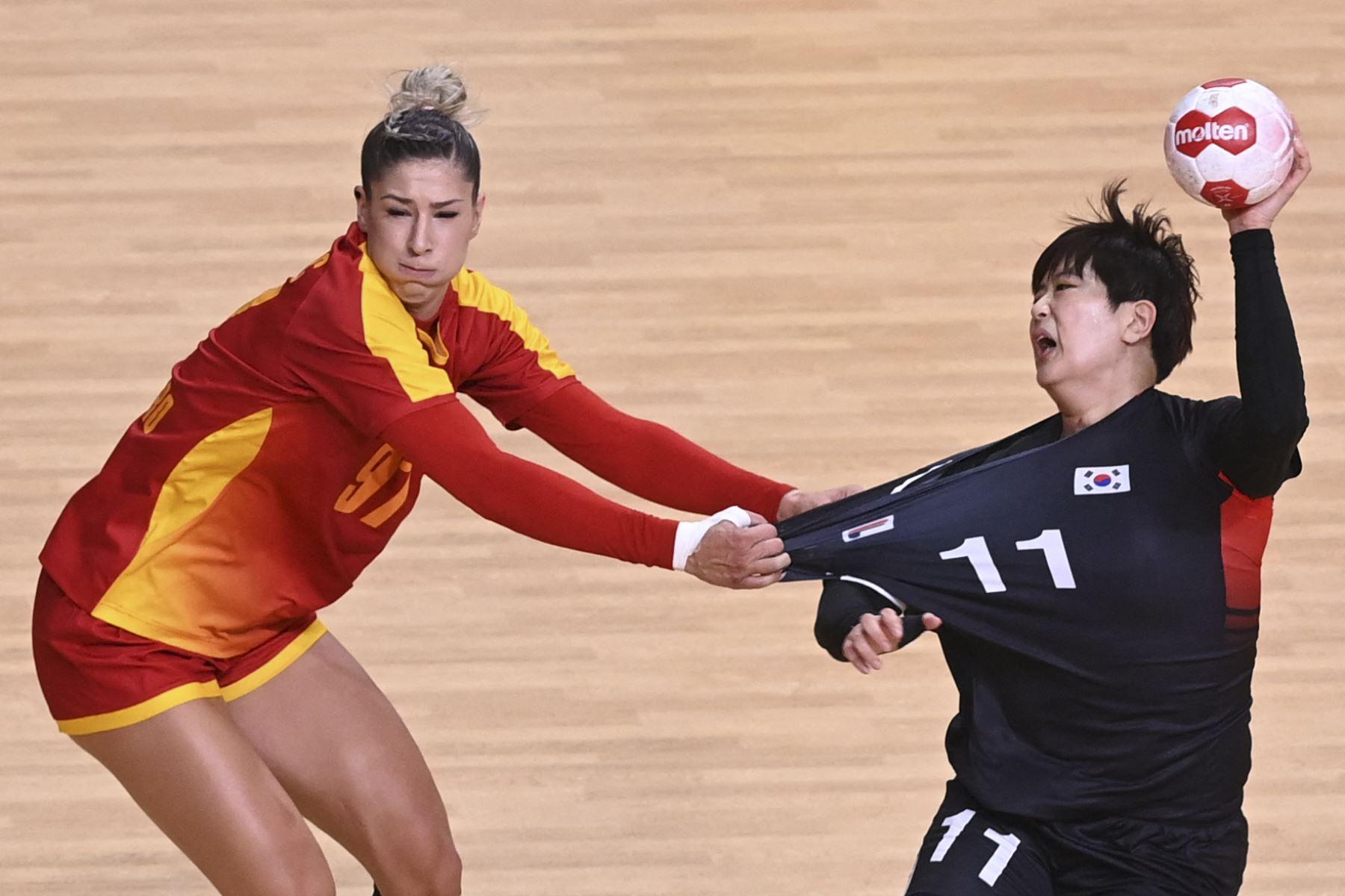 El pivote de Montenegro Nikolina Vukcevic desafía al lateral derecho de Corea del Sur Ryu Eun-hee durante el partido de balonmano del grupo A de los Juegos Olímpicos de Tokio 2020, en el Estadio Nacional Yoyogi. Foto: AFP