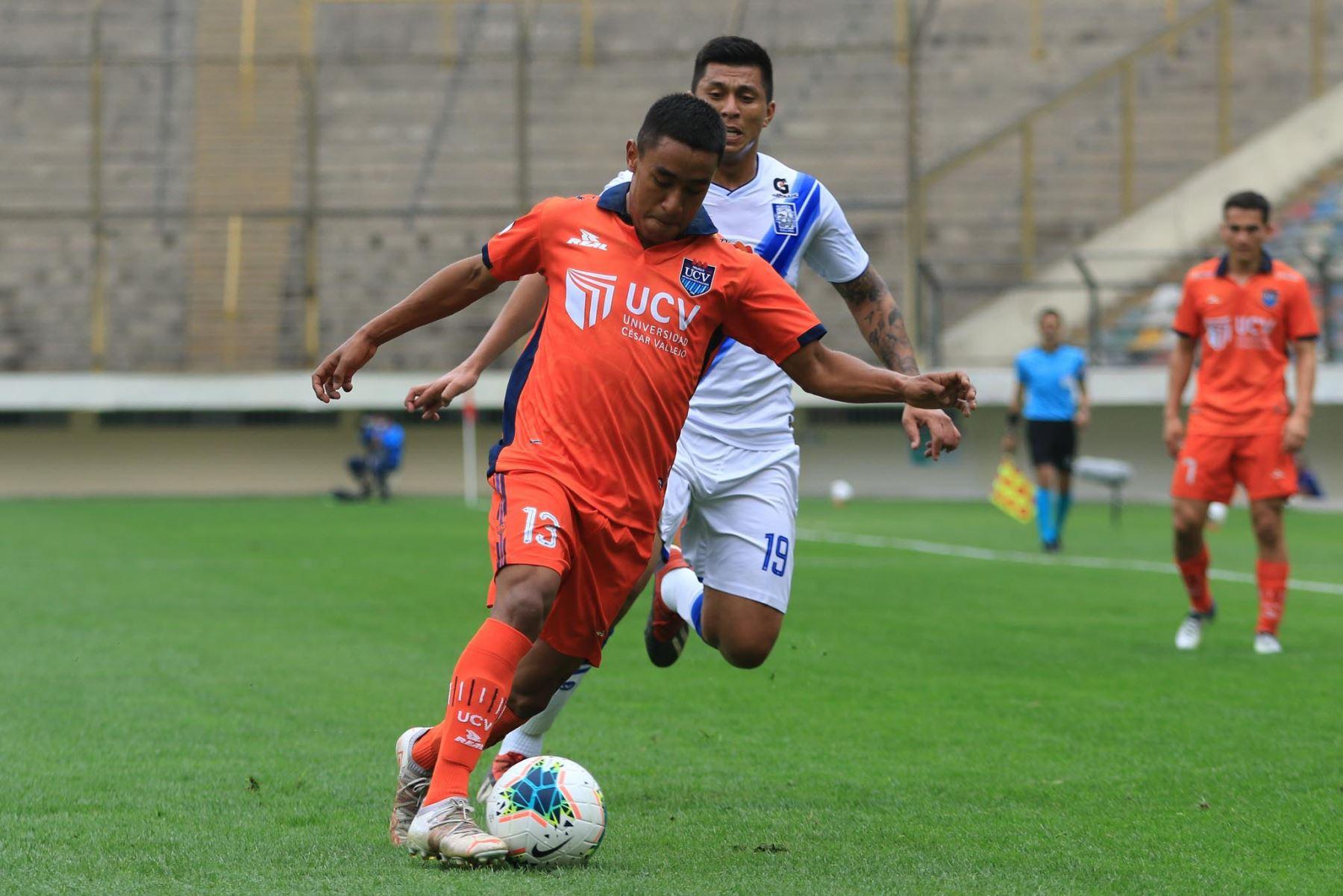 N. Rodríguez del Club Cesar Vallejo se enfrenta ante la marca de P. Cruzado durante partido por la tercera fecha de la Liga 1, en el Estadio Monumental. Foto: Liga 1