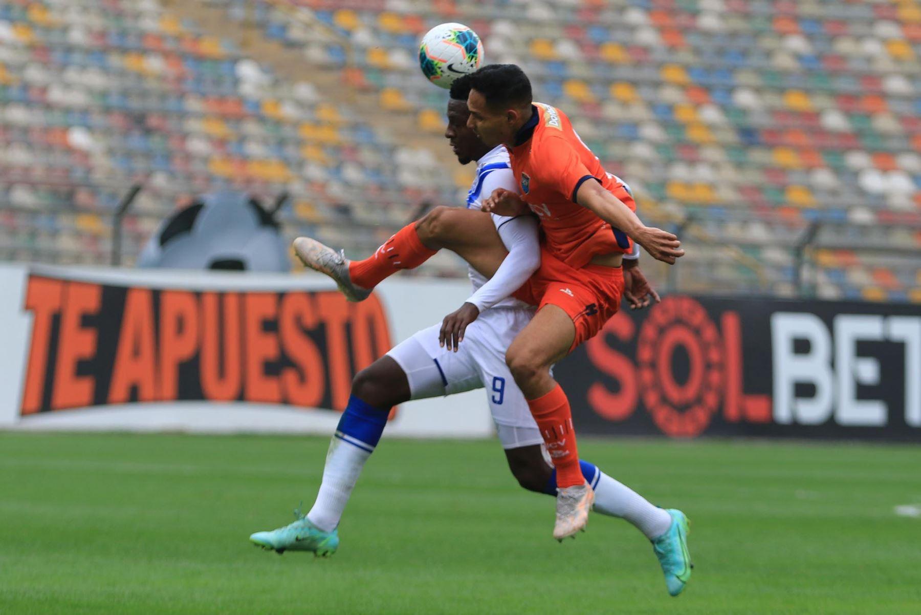 V. Perlaza del Club Cesar Vallejo se enfrenta por el balón ante la marca de su rival de Alianza Atlético durante partido por la tercera fecha de la Liga 1, en el Estadio Monumental. Foto: Liga 1