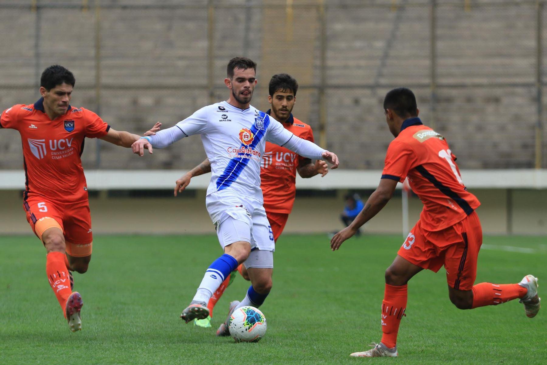 M. Ganosa de Alianza Atlético controla el balón ante la marca de de E. Ciucci de UCV durante partido por la tercera fecha de la Liga 1, en el Estadio Monumental. Foto: Liga 1