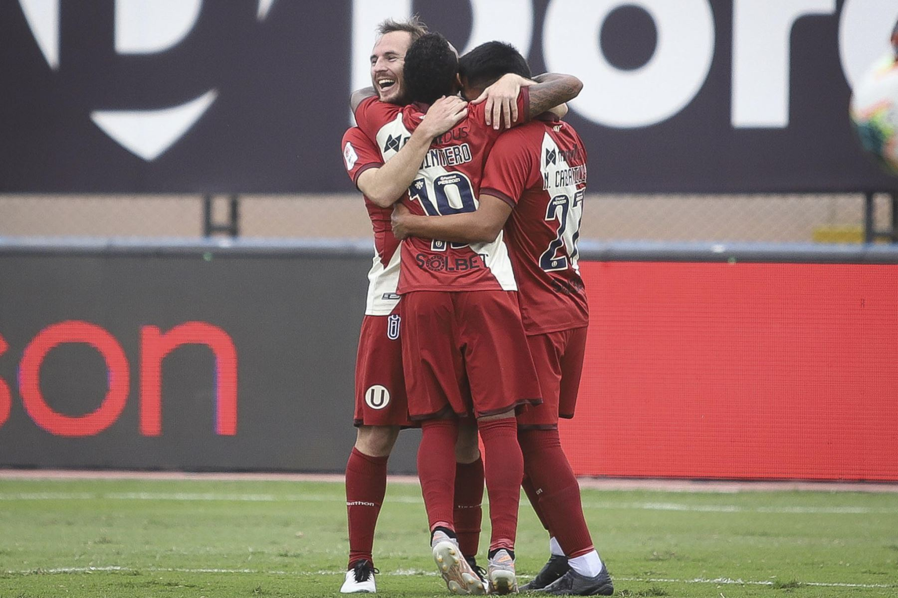 Hernán Novick de Universitario celebra con sus compañeros tras marcar el 1-0 ante Carlos Manucci durante partido por la tercera fecha de la Liga 1, en el Estadio Miguel Grau. Foto: Liga 1