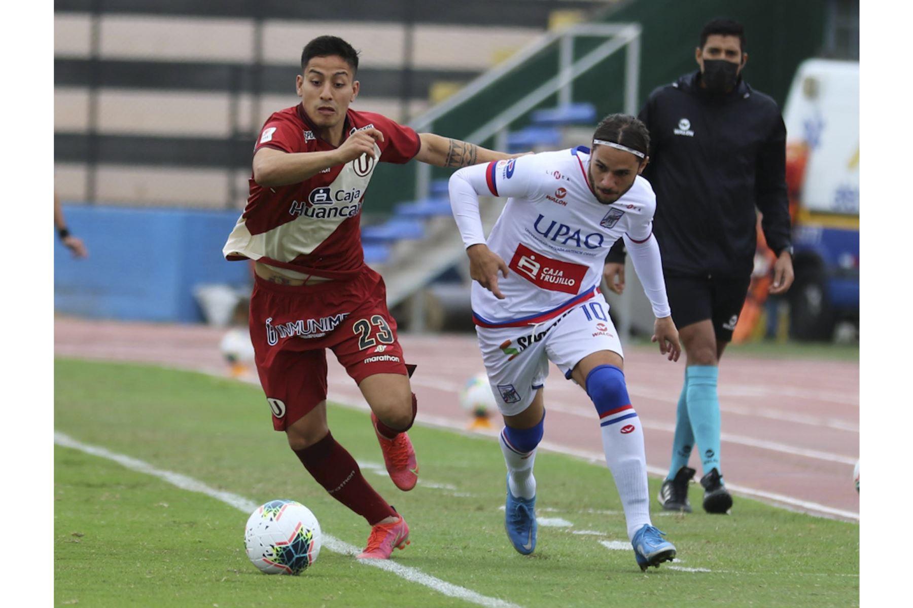 J. Murrugarra de Universitario disputa el balón ante la marca de F. Rodríguez de Carlos Manucci durante partido por la tercera fecha de la Liga 1, en el Estadio Miguel Grau. Foto: Liga 1