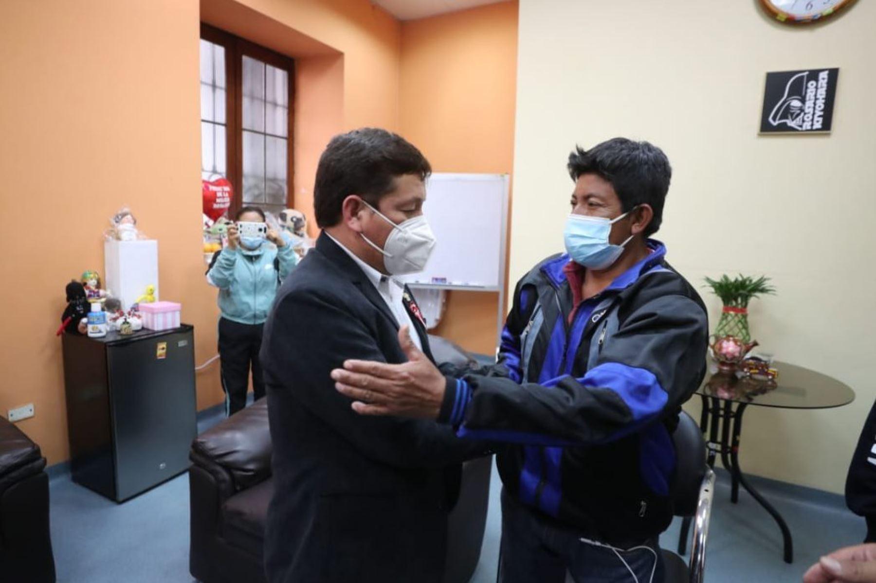 El presidente del Consejo de Ministros, Guido Bellido, junto a los titulares del Ministerio de Salud y Defensa, acudieron al Hospital 2 de mayo, para verificar la atención de la madre gestante de 28 años, víctima del sismo en Piura, así como para brindar apoyo a sus familiares durante su estadía en Lima. Foto: ANDINA/ PCM