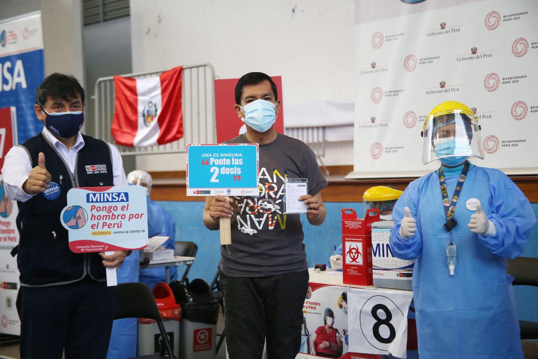 El ministro de Educación, Juan Cadillo, recibió su segunda dosis de la vacuna contra el COVID 19, de acuerdo al cronograma de vacunación, en la IE José Granda del distrito de San Martín de Porres. Foto: MINEDU