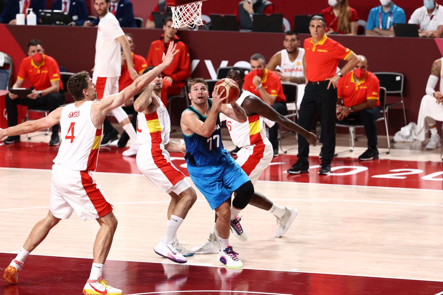 Luka Doncic  del Equipo Nacional Masculino de Eslovenia conduce a la canasta contra el Equipo Nacional Masculino de España durante los Juegos Olímpicos de Tokio 2020. Foto: AFP