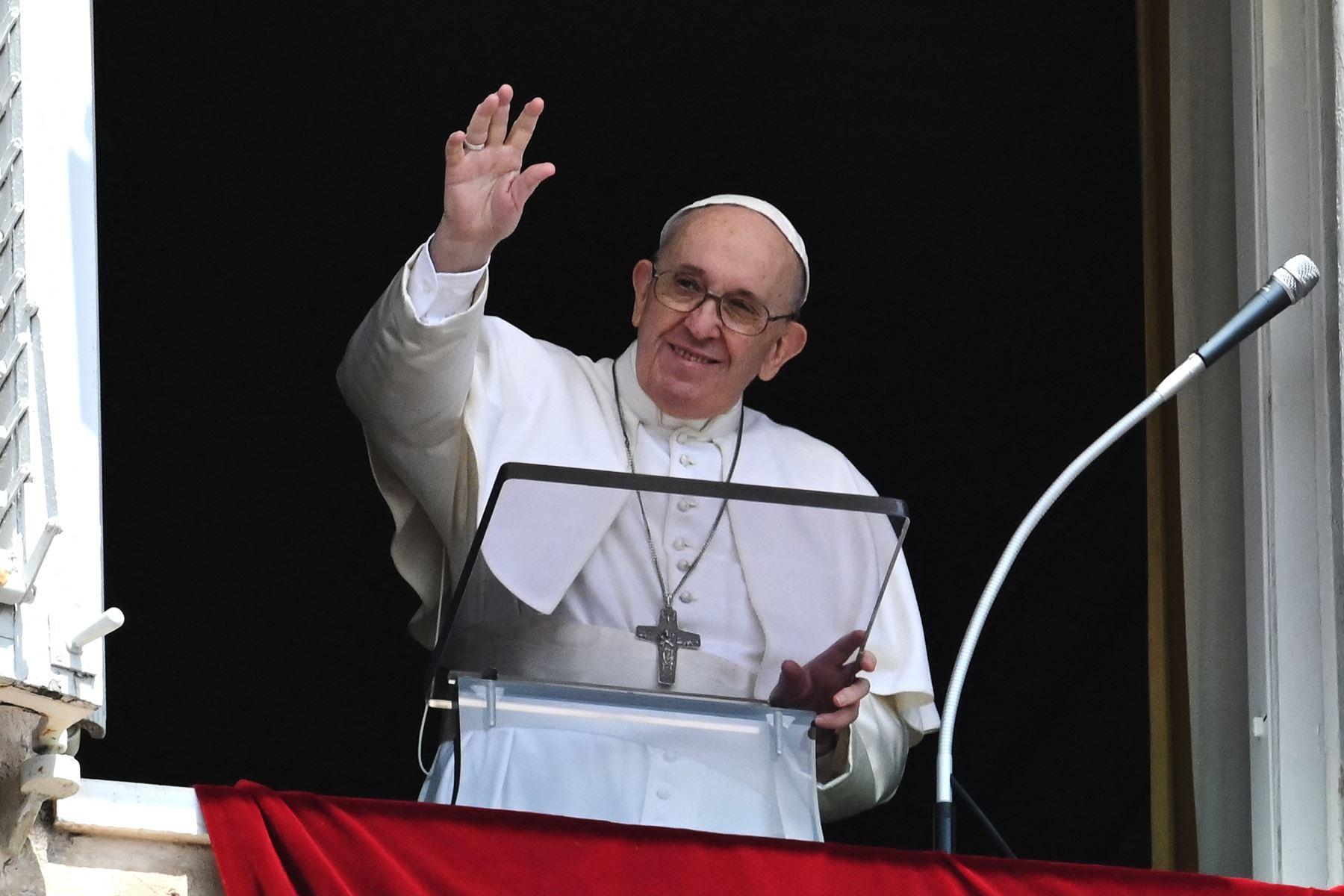 El Papa Francisco pronuncia la oración dominical del Ángelus desde la ventana de su estudio con vista a la Plaza de San Pedro en el Vaticano. Foto: AFP