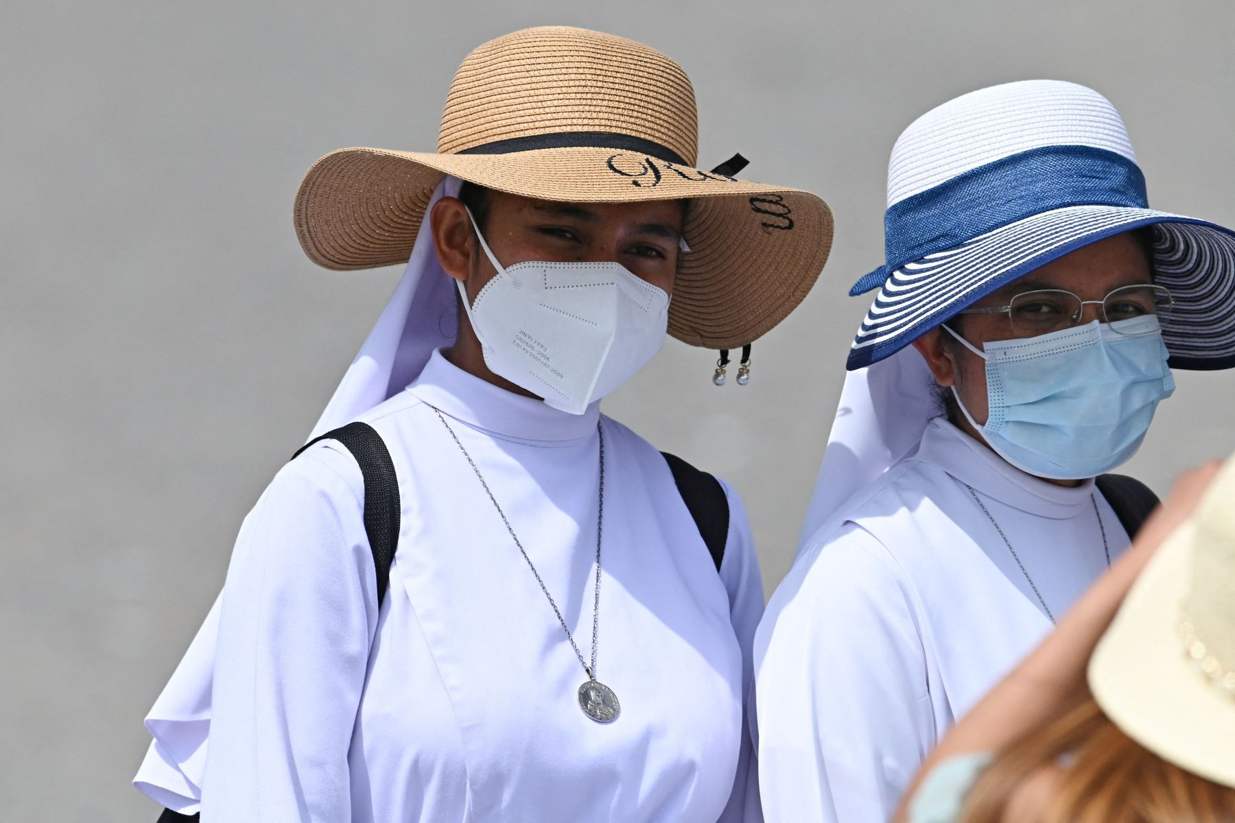 Las monjas usan máscaras faciales antes de que el Papa Francisco pronuncie la oración del Ángelus dominical desde la ventana de su estudio con vista a la Plaza de San Pedro en el Vaticano. Foto: AFP