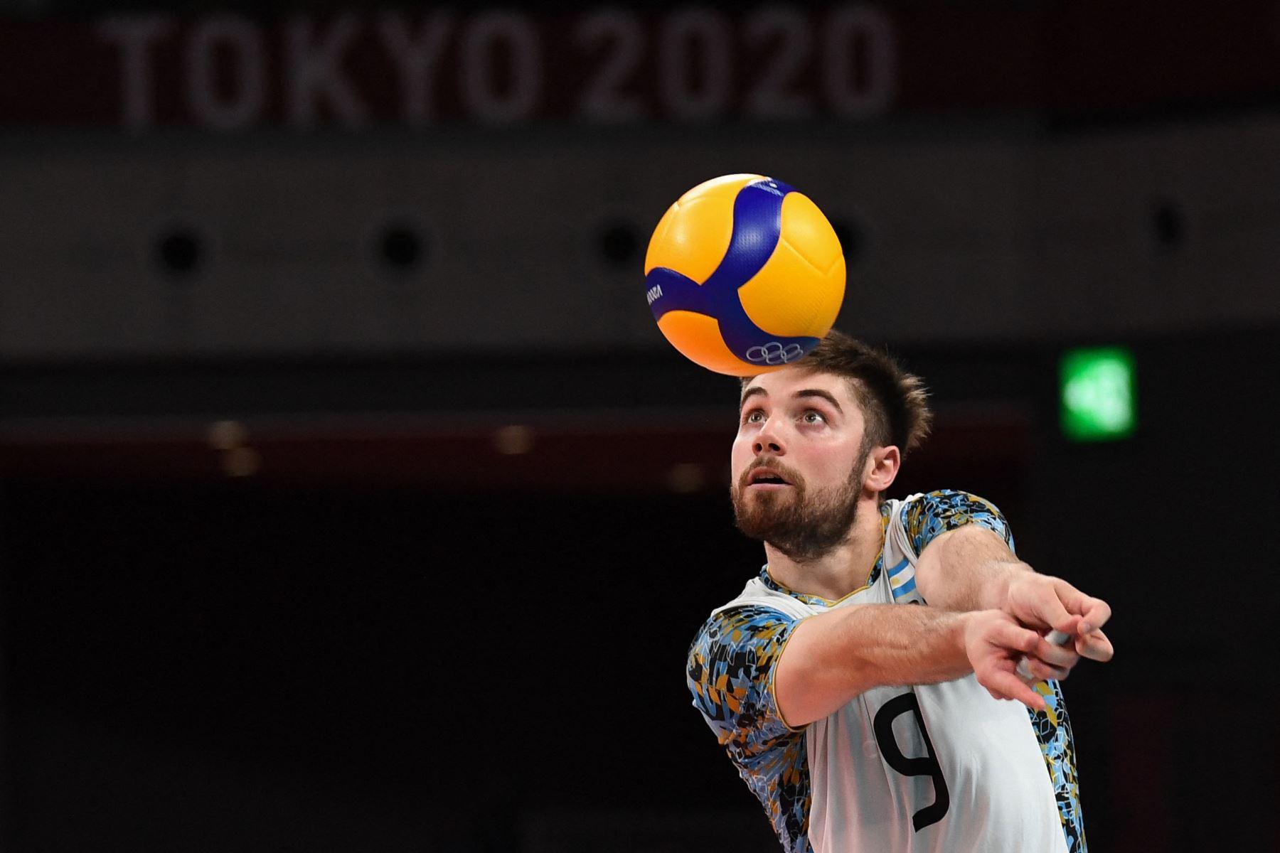 El argentino Santiago Danani coloca el balón en el partido de voleibol de la ronda preliminar masculina del grupo B entre Estados Unidos y Argentina durante los Juegos Olímpicos de Tokio 2020. Foto: AFP