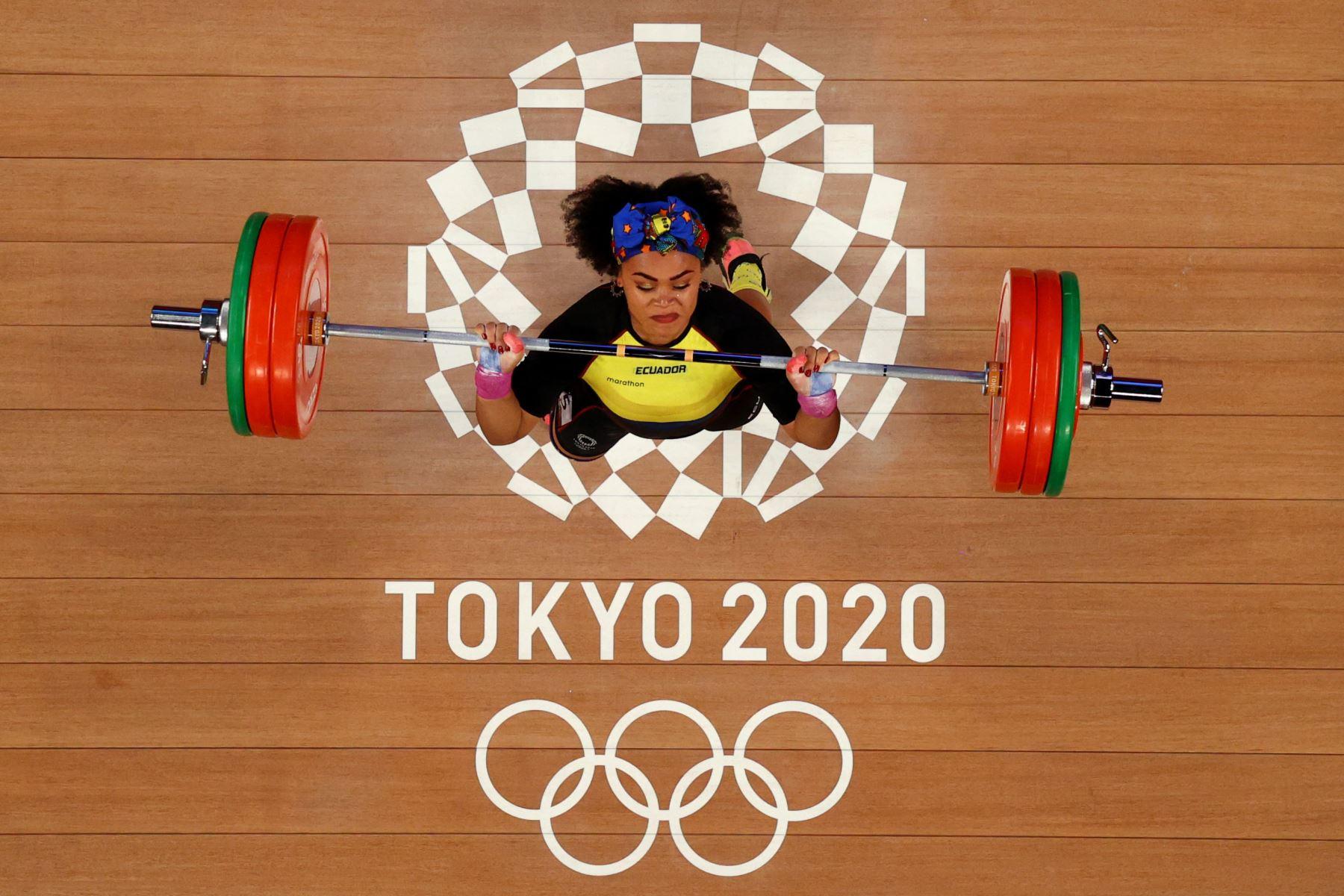 Esta foto tomada con una cámara remota muestra a la ecuatoriana Neisi Patricia Dajomes Barrera compitiendo en la competencia de halterofilia femenina de 76 kg durante los Juegos Olímpicos de Tokio 2020. Foto AFP