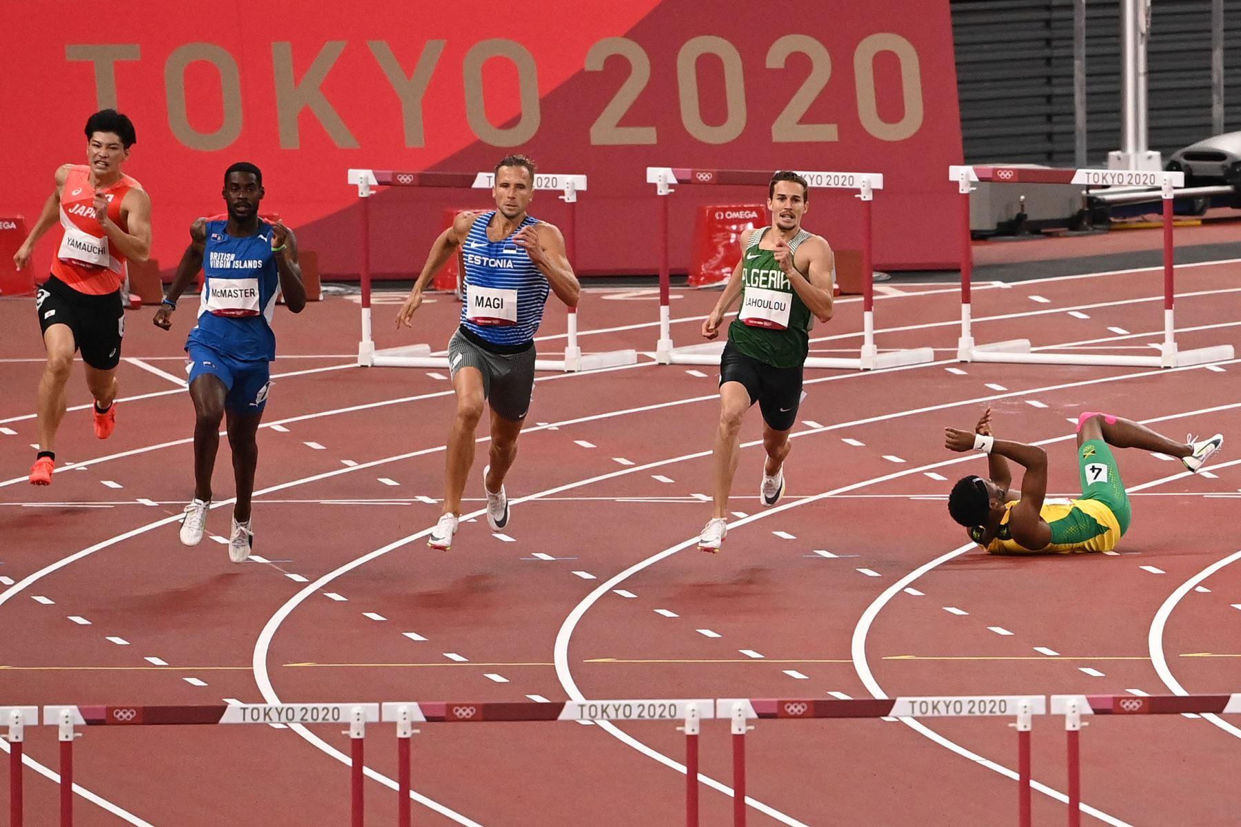 Jaheel Hyde de Jamaica cae mientras competía en las semifinales masculinas de 400 metros con vallas durante los Juegos Olímpicos de Tokio 2020 en el estadio Olímpico de Tokio. Foto: AFP