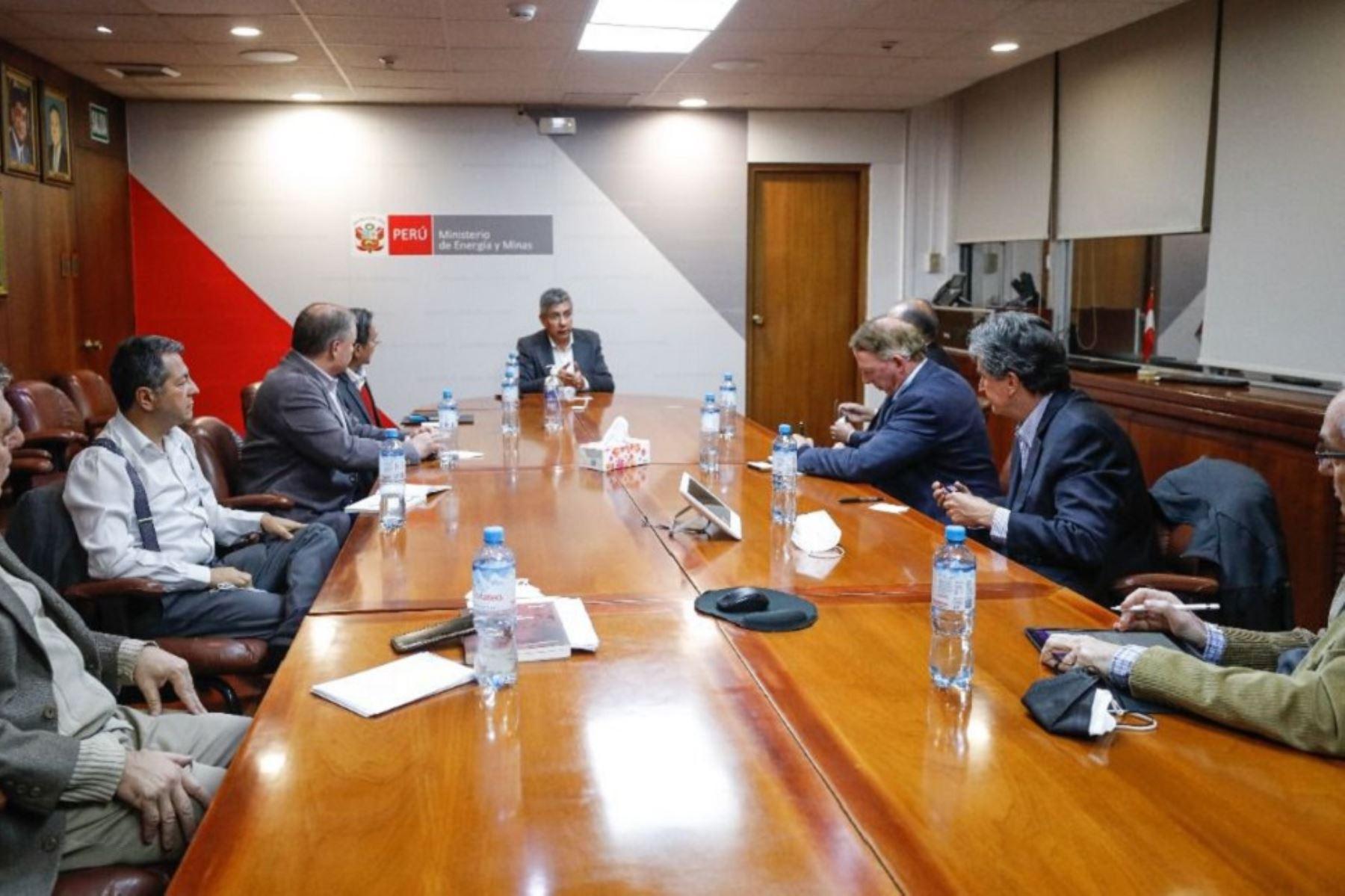 Ministro de Energía y Minas, Iván Merino (al centro) se reúne con representantes de las empresas del sector minero energético. Foto: Cortesía.