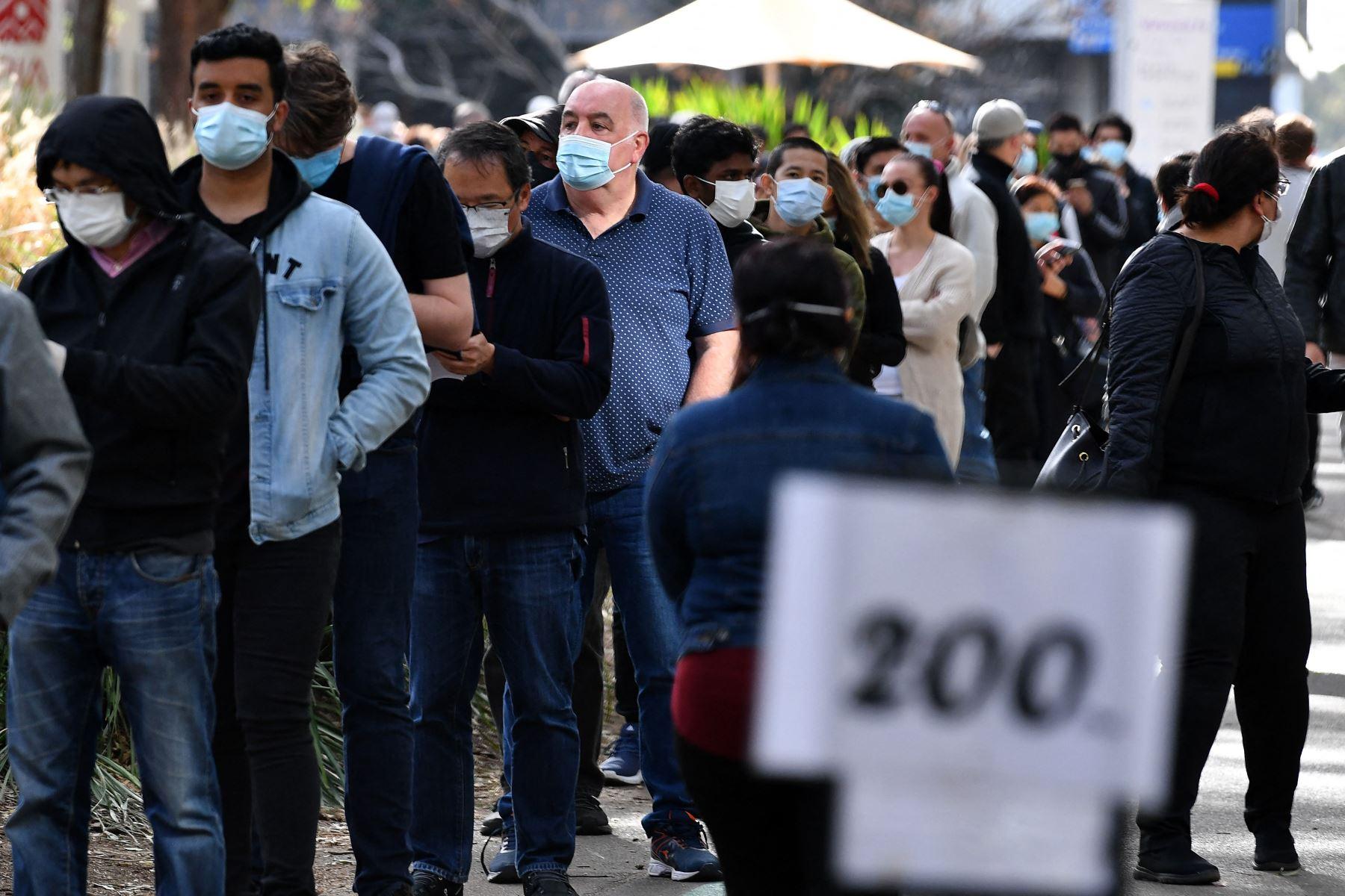 Los residentes hacen cola para recibir su dosis de la vacuna contra el coronavirus Covid-19 en el centro de vacunación Homebush en Sydney. Foto: AFP