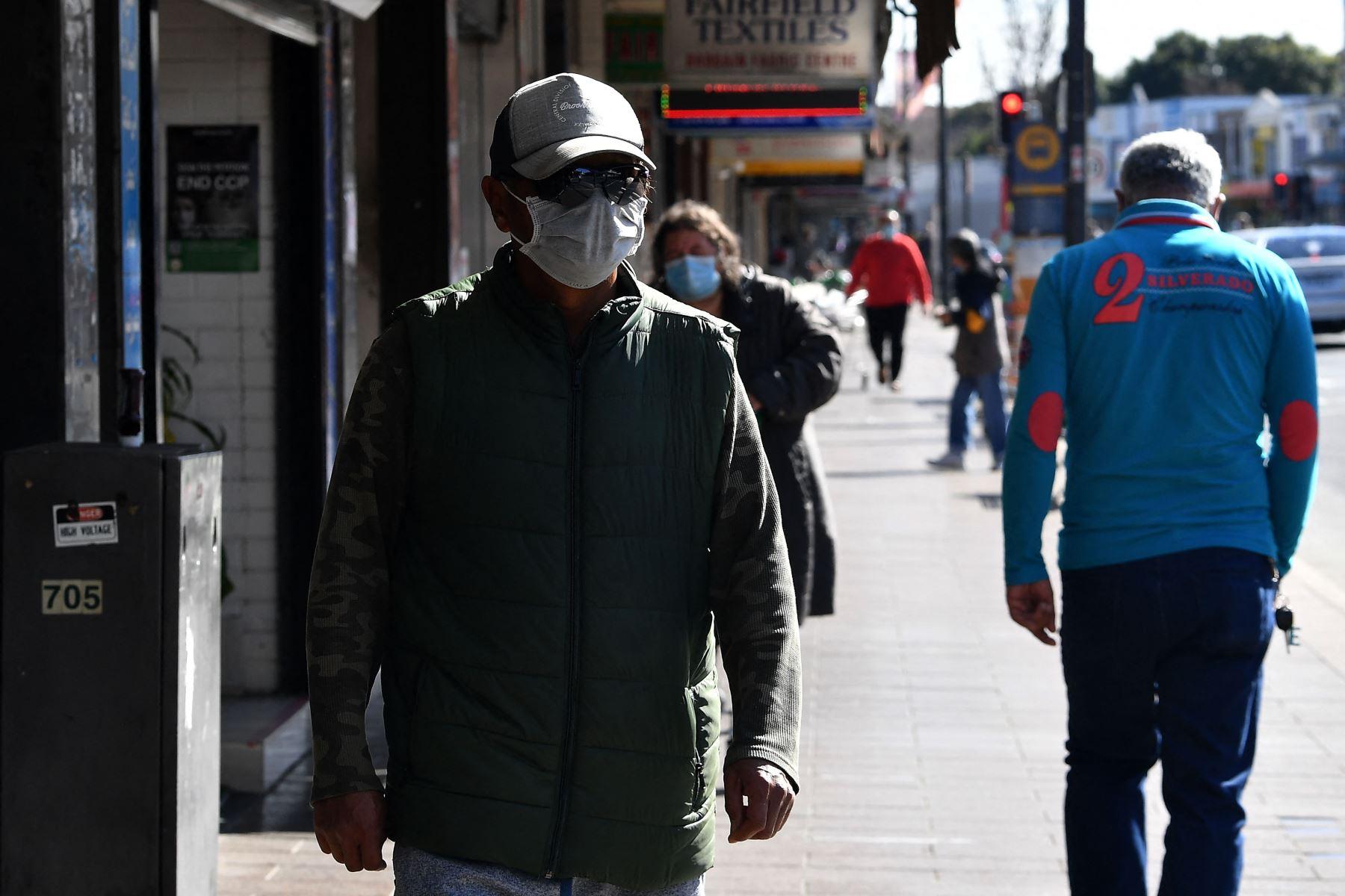 Los residentes caminan por una calle en el suburbio de Fairfield en Sydney, durante el bloqueo prolongado del coronavirus Covid-19 de la ciudad. Foto: AFP