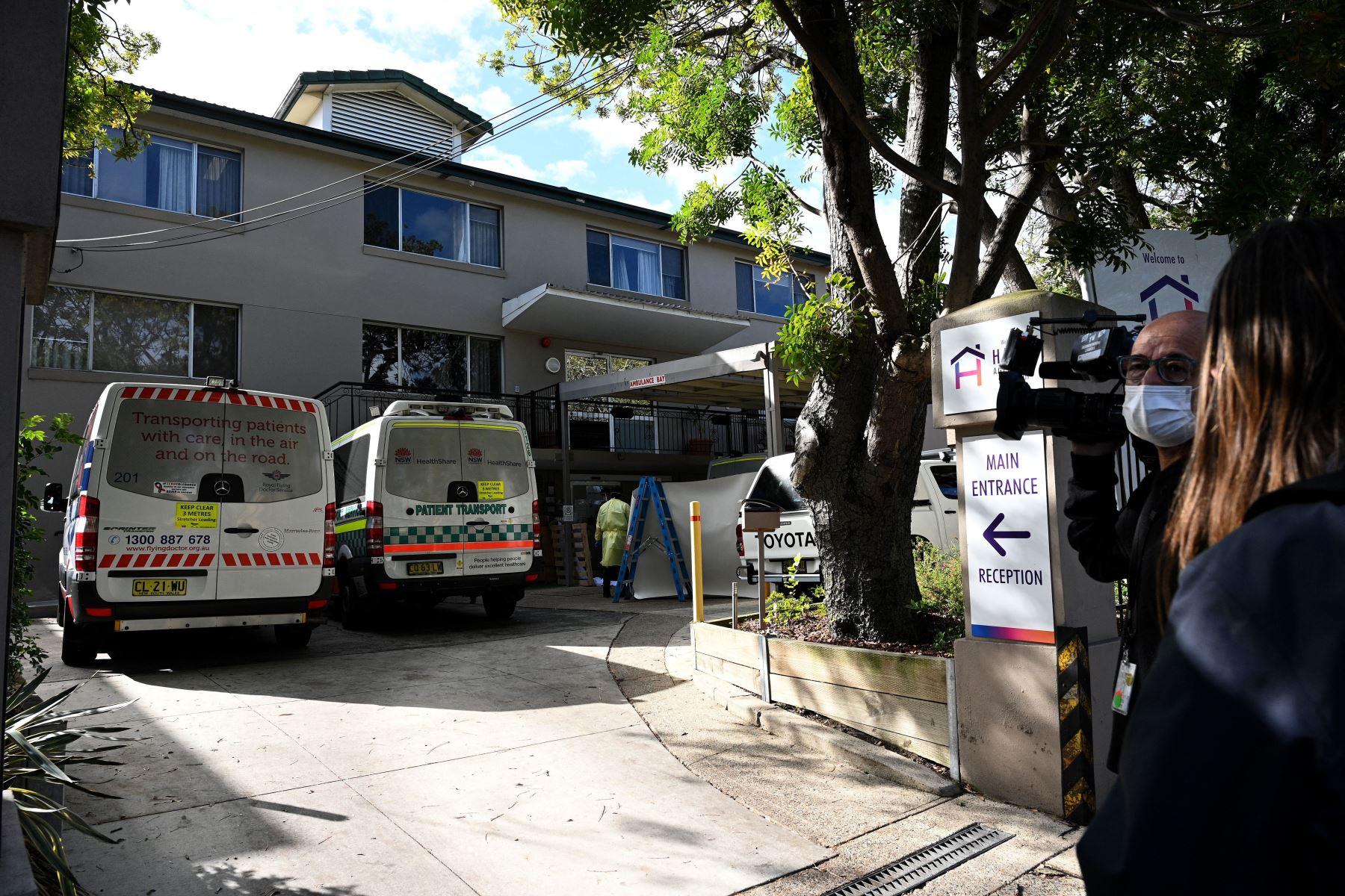Ambulancias estacionadas en el Centro de Ancianos de Ancianos Hardi en el suburbio de Summers Hill en Sydney, después de que se informaron al menos 12 casos de infecciones por Covid-19 en la instalación.  Foto: AFP