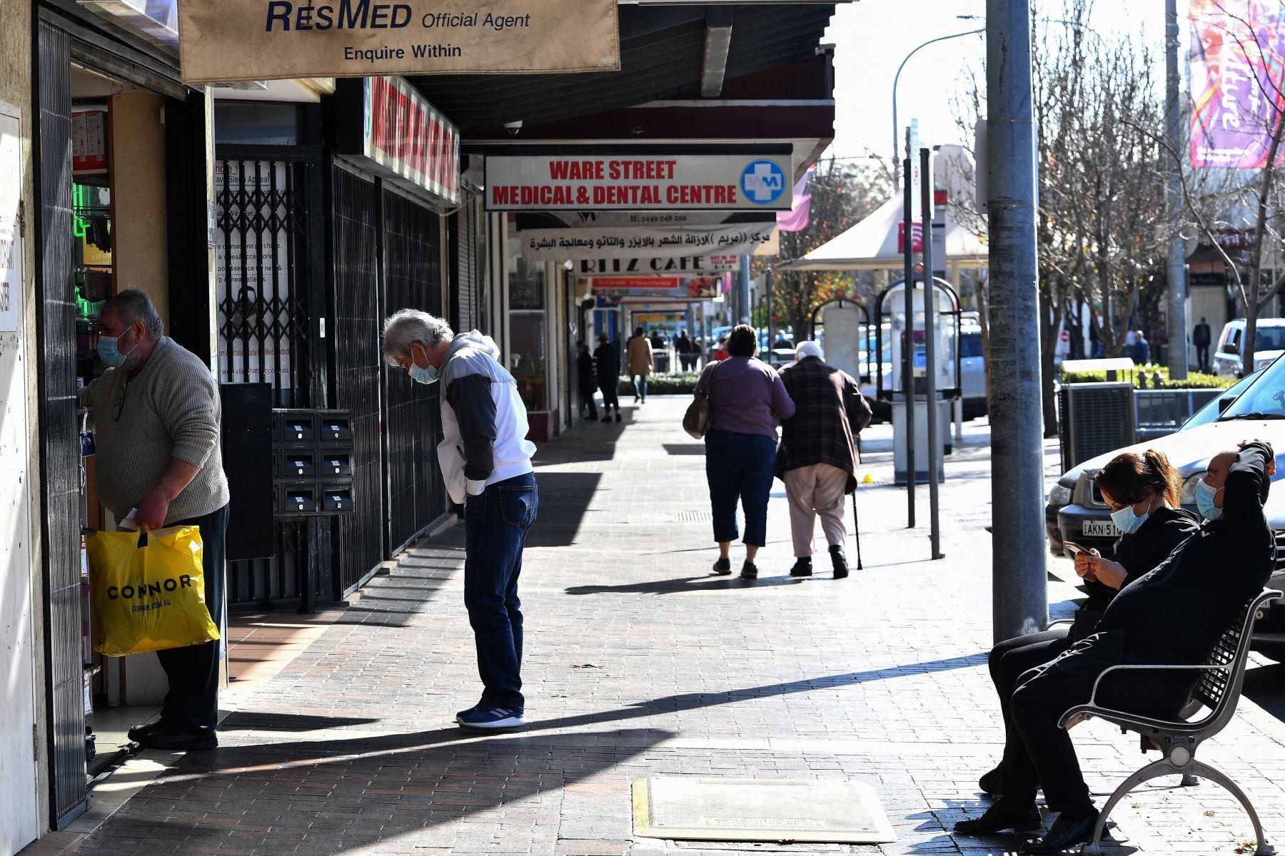 Los residentes visitan una farmacia en el suburbio de Fairfield en Sydney, durante el bloqueo prolongado del coronavirus Covid-19 de la ciudad. Foto:  AFP