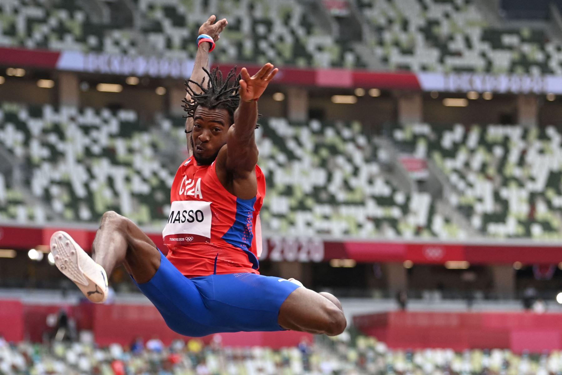 Maykel Masso, de Cuba, compite en la final masculina de salto de longitud durante los Juegos Olímpicos de Tokio 2020 en el Estadio Olímpico de Tokio. Foto: AFP