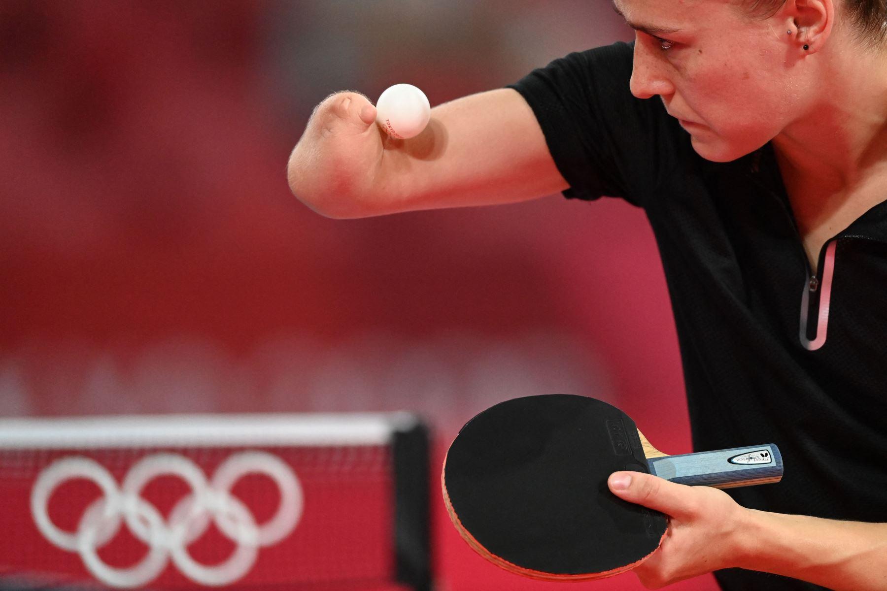 Natalia Partyka de Polonia sirve durante la ronda de 16 partidos de tenis de mesa de su equipo femenino en el Gimnasio Metropolitano de Tokio durante los Juegos Olímpicos de Tokio 2020 en Tokio. Foto: AFP