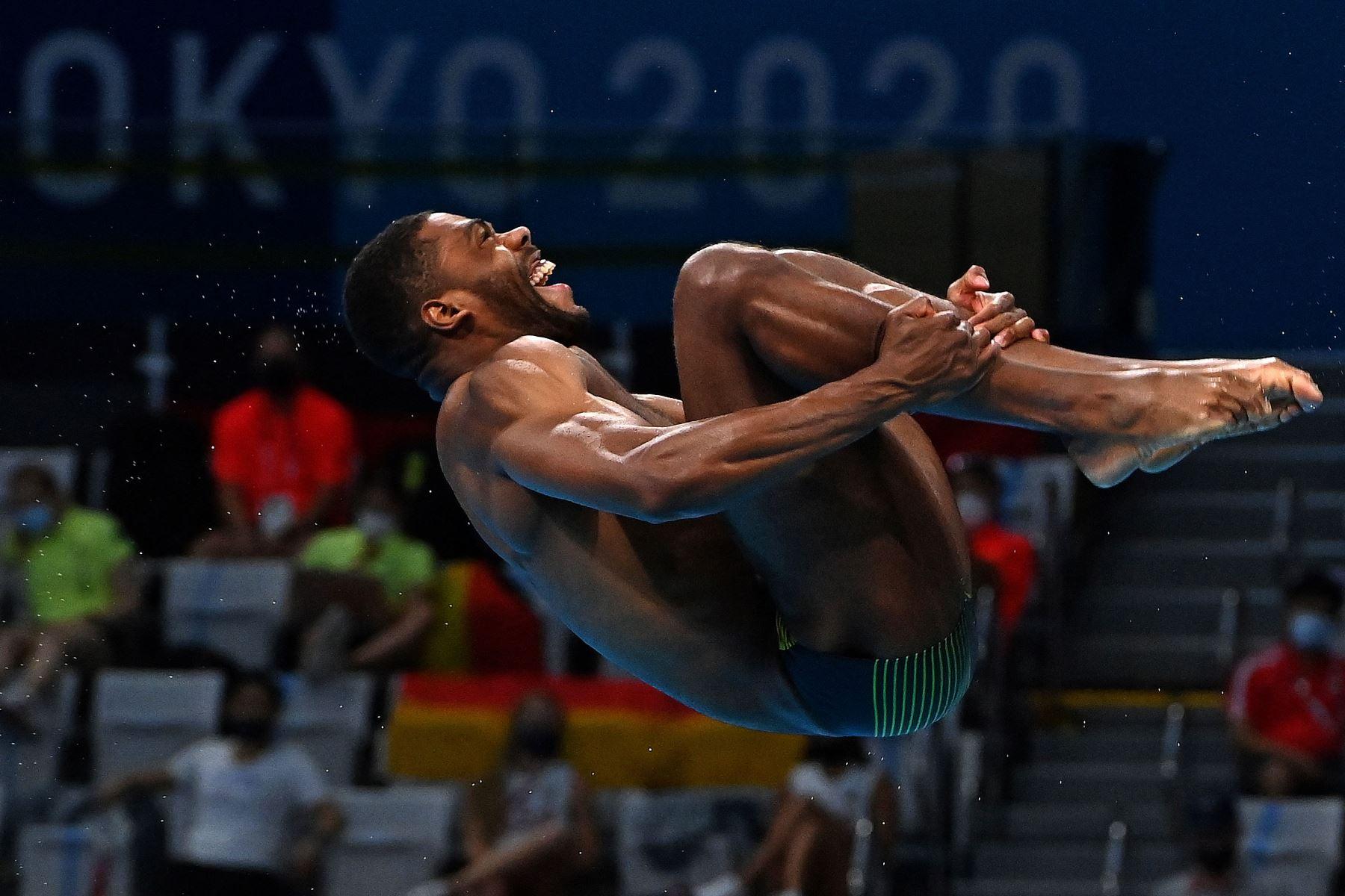 Yona Knight-Wisdom de Jamaica compite en la ronda preliminar del evento de salto de trampolín de 3 metros masculino durante los Juegos Olímpicos de Tokio 2020 en el Centro Acuático de Tokio. Foto: AFP