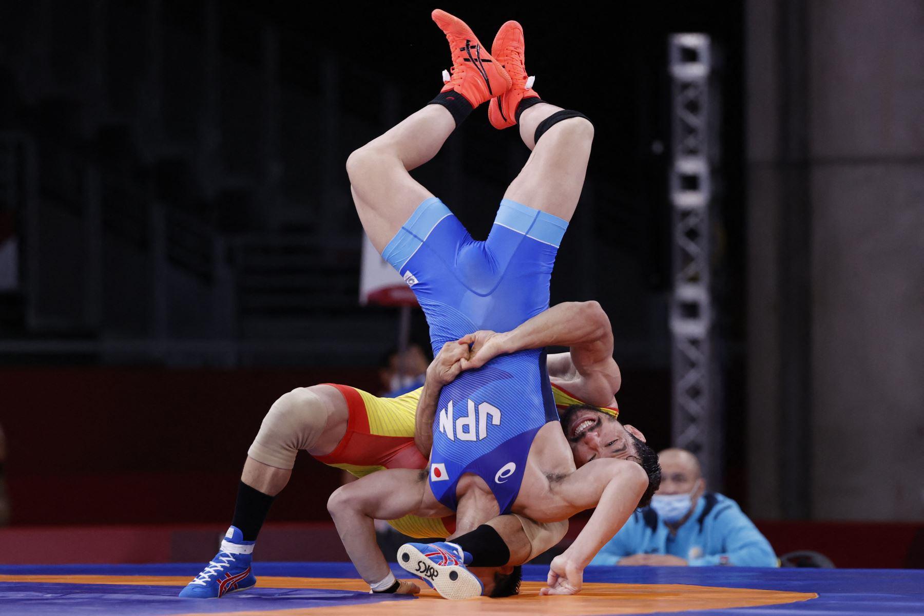 Shohei Yabiku de Japón lucha contra Demeu Zhadrayev de Kazajstán en su combate grecorromano masculino de 77 kg en la primera ronda durante los Juegos Olímpicos de Tokio 2020 en el Makuhari Messe en Tokio. Foto: AFP
