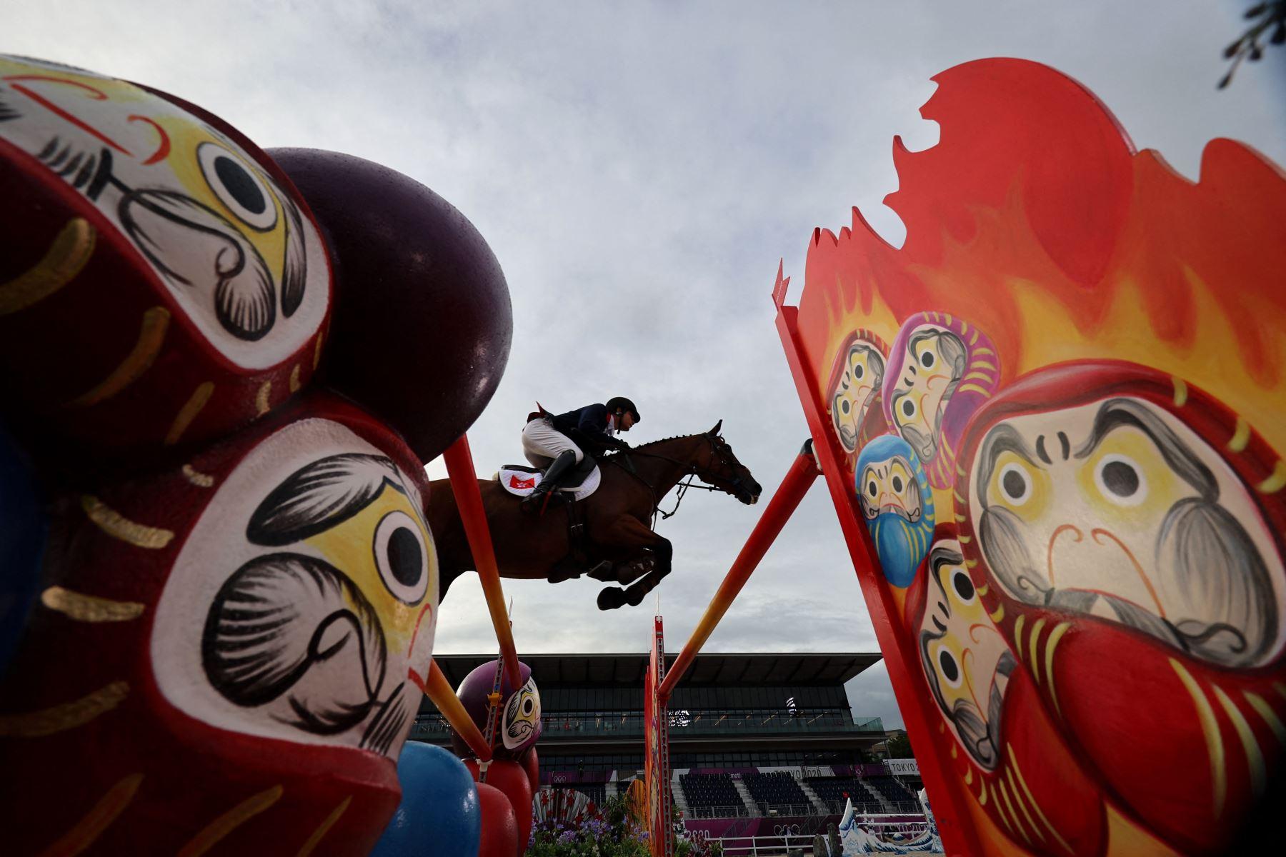 Heffernan Ho Thomas de Hong Kong, montando a Tayberry, compite en el salto individual ecuestre durante los Juegos Olímpicos de Tokio 2020 en el Parque Ecuestre de Tokio. Foto: AFP