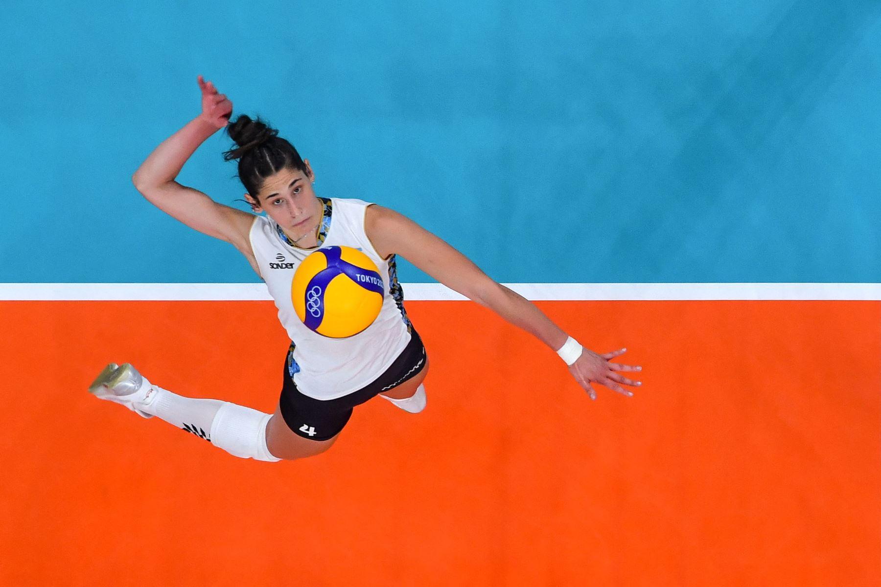 La argentina Daniela Bulaich Simian remata el balón en el partido de voleibol femenino de la ronda preliminar del grupo B entre China y Argentina durante los Juegos Olímpicos de Tokio 2020 en el Ariake Arena de Tokio. Foto: AFP