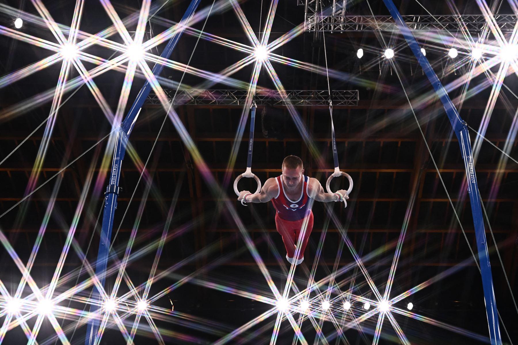 El ruso Denis Abliazin compite en la final de anillos masculinos de gimnasia artística de los Juegos Olímpicos de Tokio 2020 en el Centro de Gimnasia Ariake en Tokio. Foto: AFP