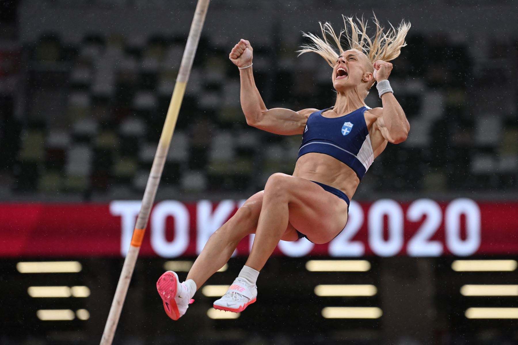 Nikolia Kiriakopoulou de Grecia compite en la clasificación de salto con pértiga femenino durante los Juegos Olímpicos de Tokio 2020 en el Estadio Olímpico de Tokio. Foto: AFP