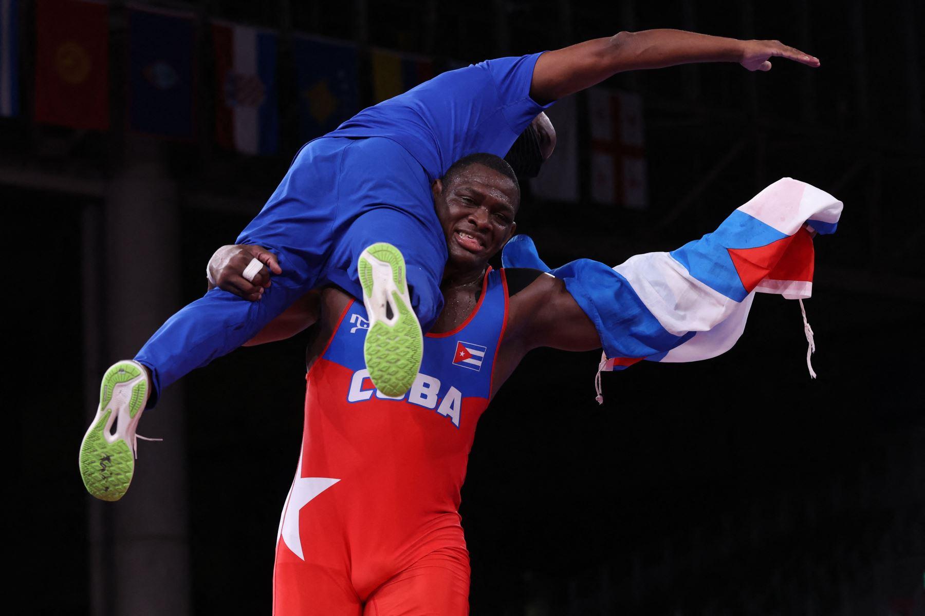 Mijain López Núñez de Cuba lleva a su entrenador mientras celebra su victoria por la medalla de oro contra Iakobi Kajaia de Georgia en la final de lucha grecorromana masculina de 130 kg durante los Juegos Olímpicos de Tokio 2020 en el Makuhari Messe en Tokio. Foto: AFP