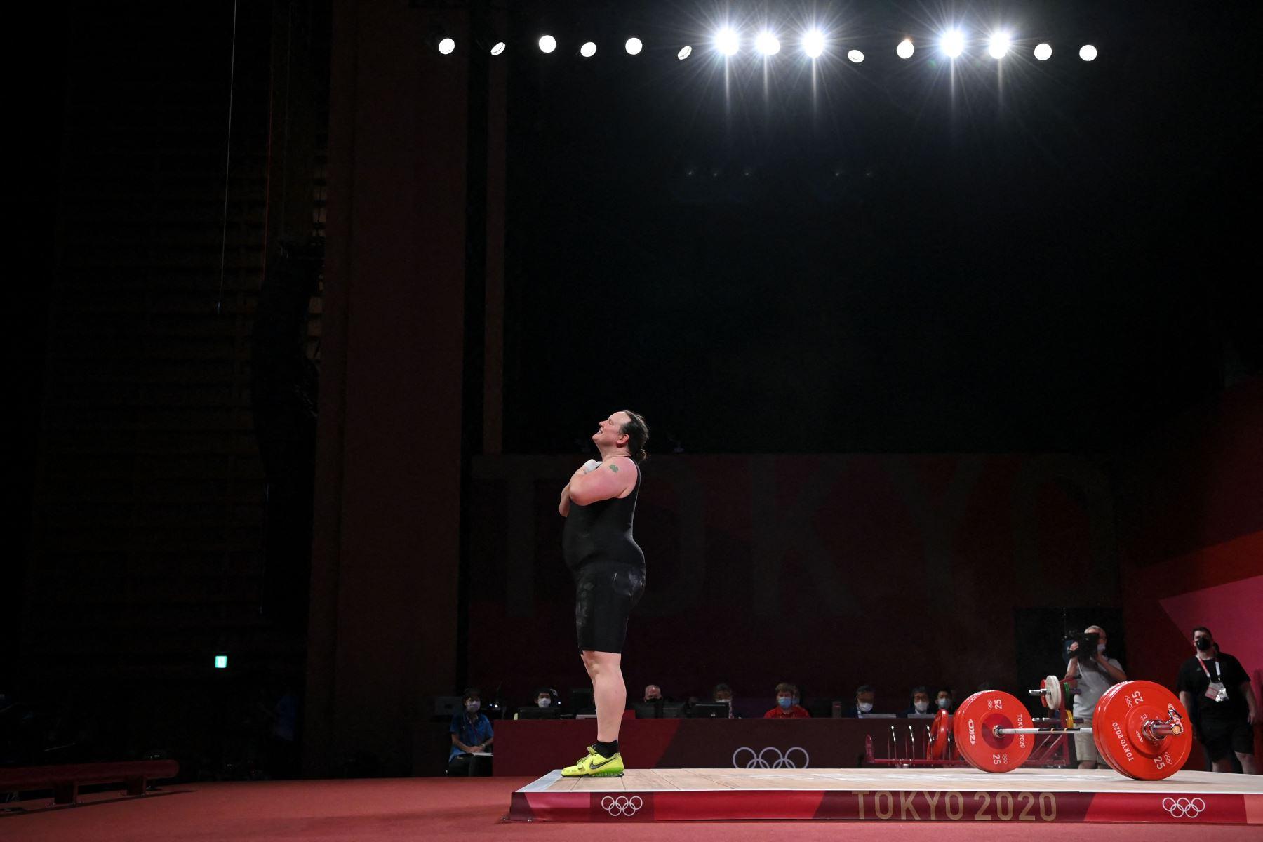Laurel Hubbard de Nueva Zelanda reacciona en la competencia femenina de levantamiento de pesas de + 87 kg durante los Juegos Olímpicos de Tokio 2020 en el Foro Internacional de Tokio. Foto: AFP