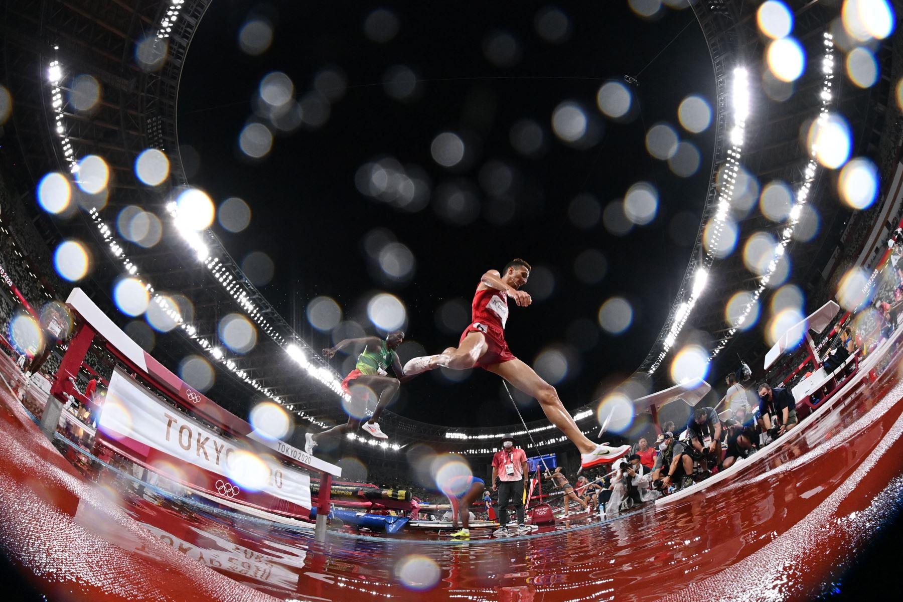 Soufiane El Bakkali de Marruecos compite en la final masculina de carrera de obstáculos de 3000 m durante los Juegos Olímpicos de Tokio 2020 en el Estadio Olímpico de Tokio. Foto: AFP