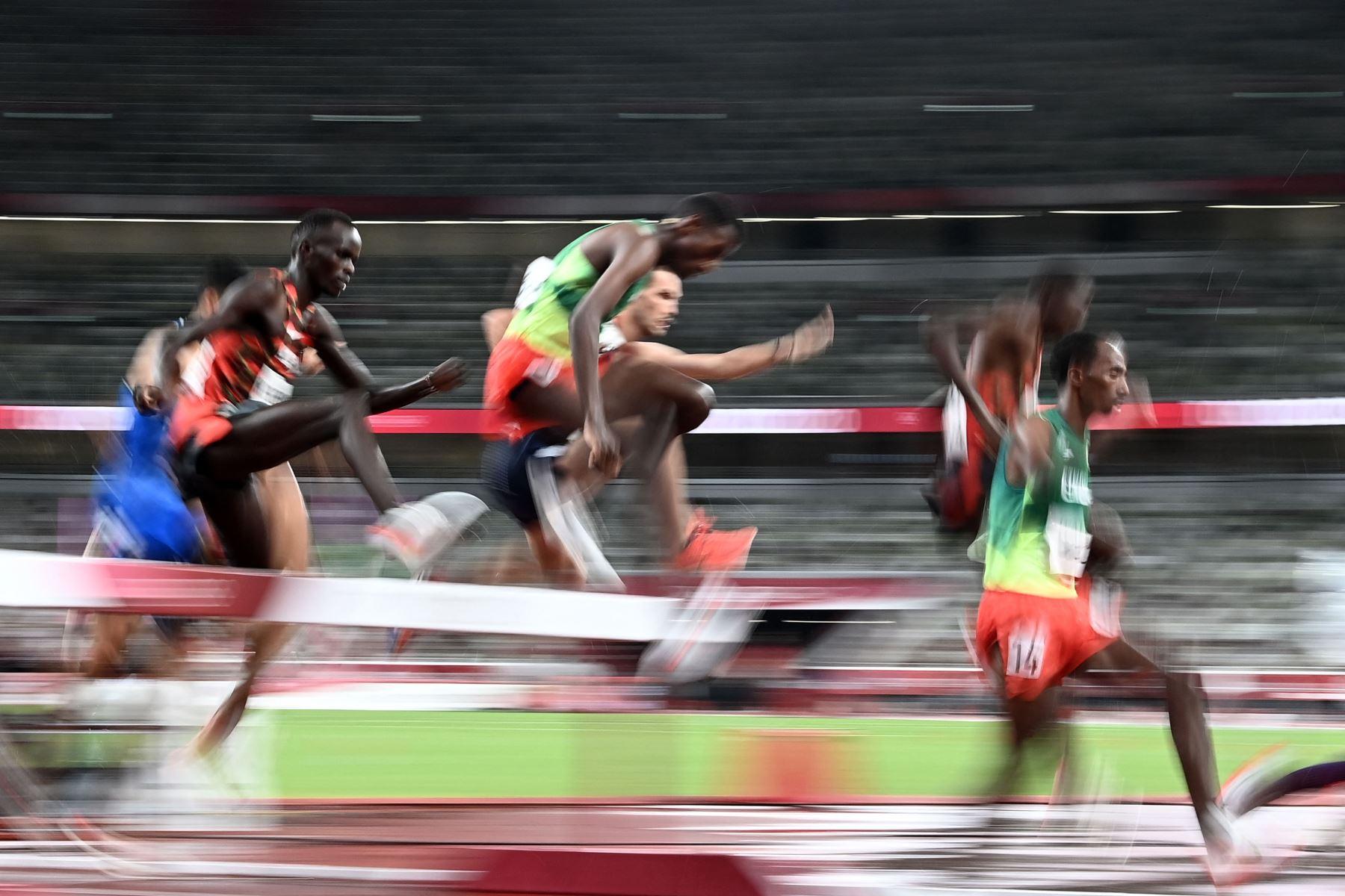 Los atletas compiten en la final masculina de carrera de obstáculos de 3000 m durante los Juegos Olímpicos de Tokio 2020 en el Estadio Olímpico de Tokio. Foto: AFP