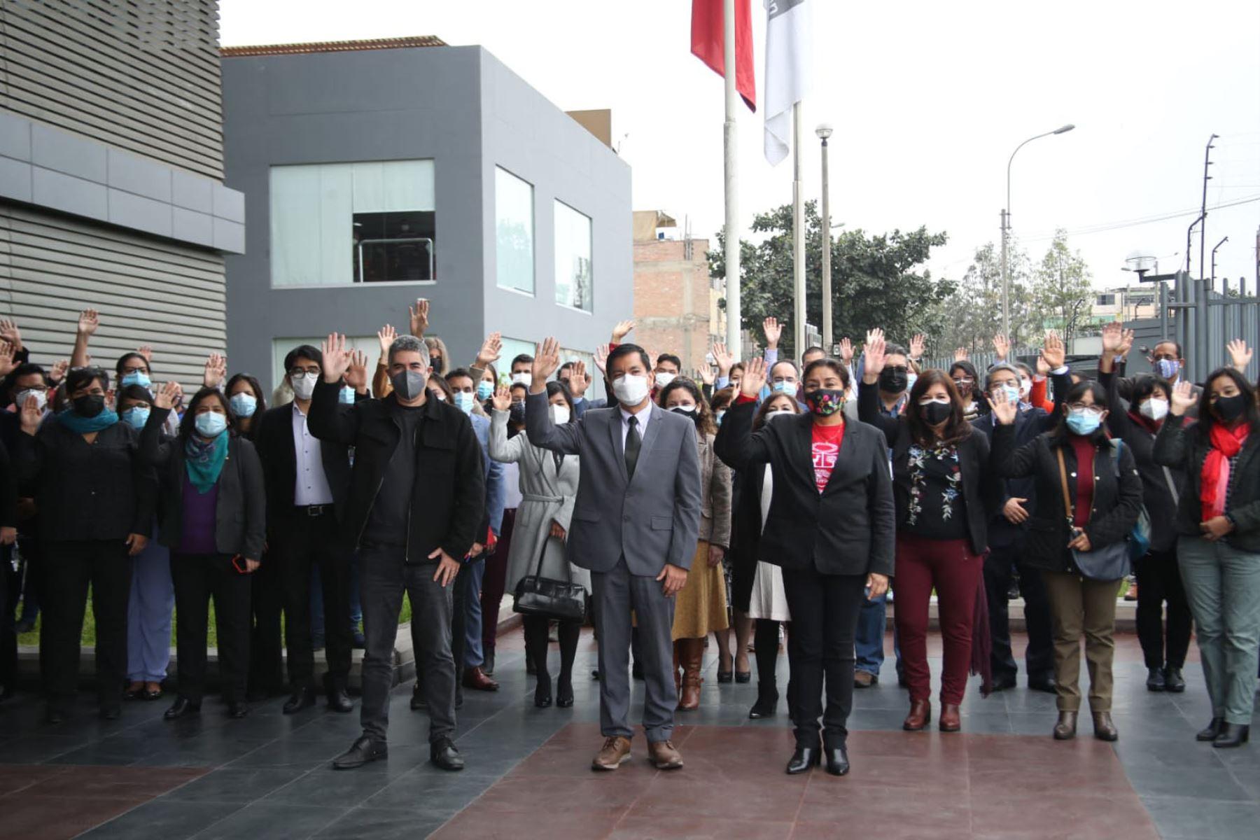 El ministro de Educación, Juan Cadillo, saludó a los trabajadores del MINEDU. Durante la ceremonia también participó el exministro Ricardo Cuenca, quien se despidió de los equipos de trabajo y brindó sus mejores deseos a la nueva gestión. Foto: MINEDU