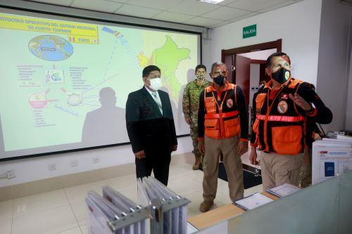 Ministro de Defensa visita el Centro de Operaciones de Emergencia Nacional