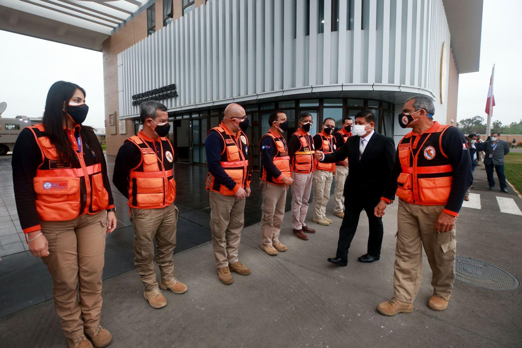Ministro de Defensa, Walter Ayala, visita el Centro de Operaciones de Emergencia Nacional con el objetivo de supervisar el trabajo que se realiza en el Sector, ante emergencias, sismos y desastres naturales. Foto: Mindef
