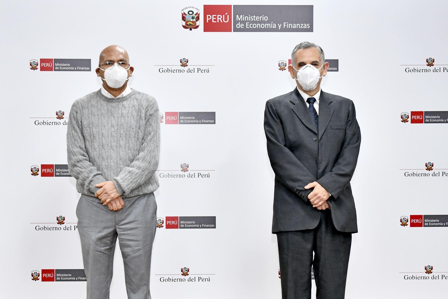 El ministro de Economía y Finanzas, Pedro Francke, fue presentado hoy en la sede del Ministerio de Economía y Finanzas, en el Cercado de Lima. Además, junto a su antecesor, Waldo Mendoza, firmaron el Acta de Transferencia de Gestión. Foto: ANDINA/MEF