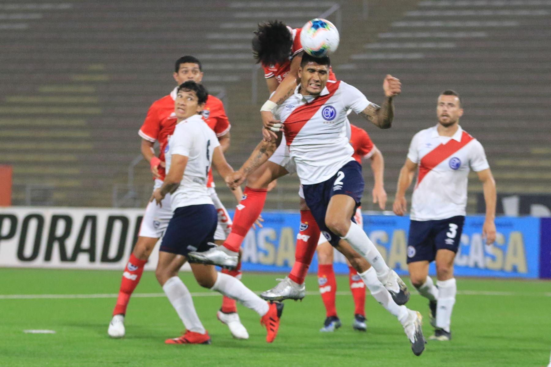 L. Cardoza del Deportivo Municipal pelea un balón aéreo ante la marca de sus rivales del Cienciano durante partido por la cuarta fecha de la Liga 1, en el Estadio San Marcos. Foto: Liga 1