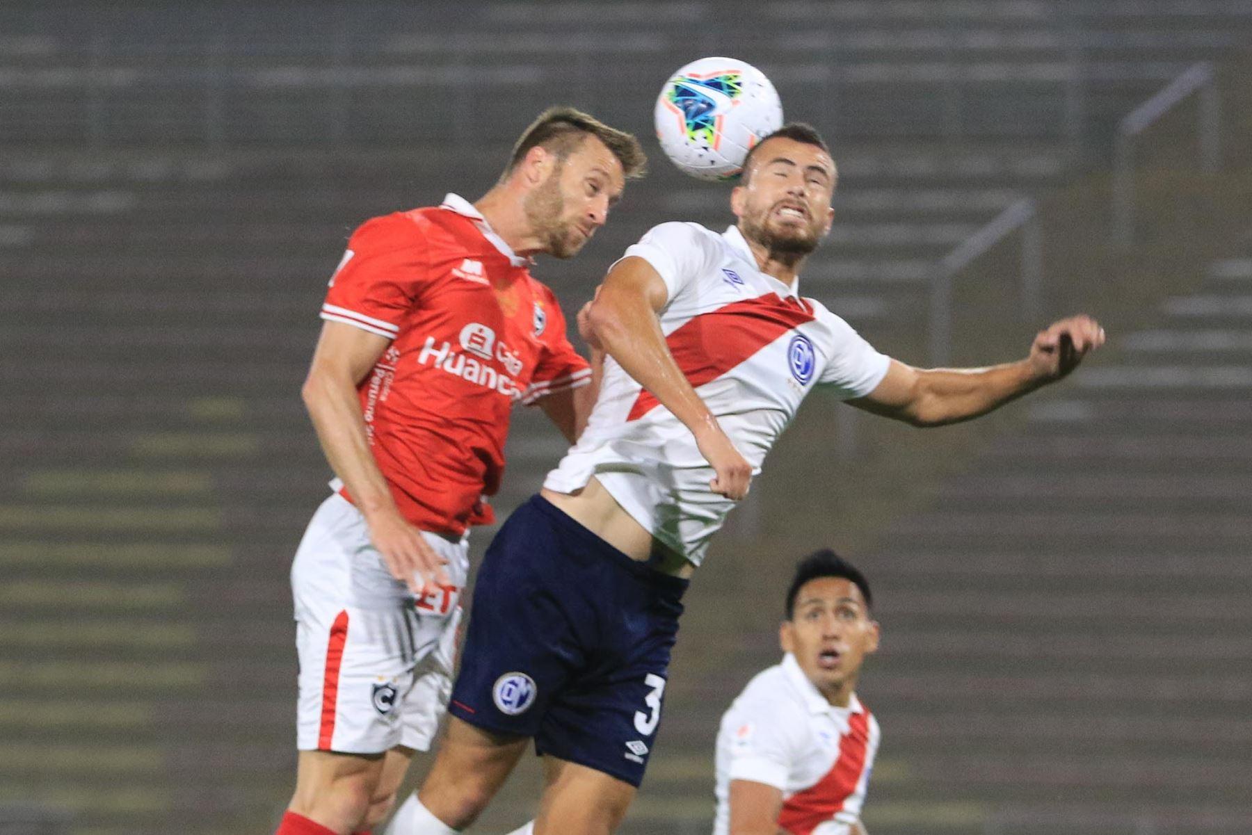 R. Aparicio del Deportivo Municipal pelea un balón aéreo con su rival del Cienciano durante partido por la cuarta fecha de la Liga 1, en el Estadio San Marcos. Foto: Liga 1