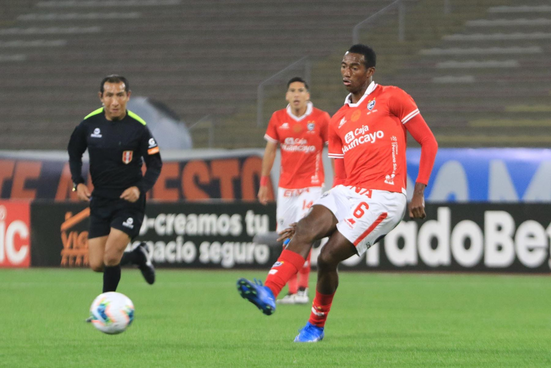 A. Ayarza del Cienciano lanza un pase durante partido ante Deportivo Municipal por la cuarta fecha de la Liga 1, en el Estadio San Marcos. Foto: Liga 1