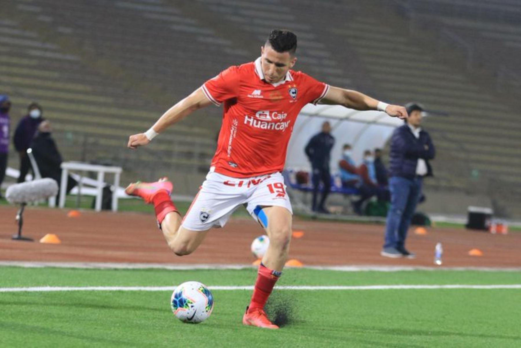 A. Ugarriza del Cienciano lanza un pase durante partido ante Deportivo Municipal por la cuarta fecha de la Liga 1, en el Estadio San Marcos. Foto: Liga 1