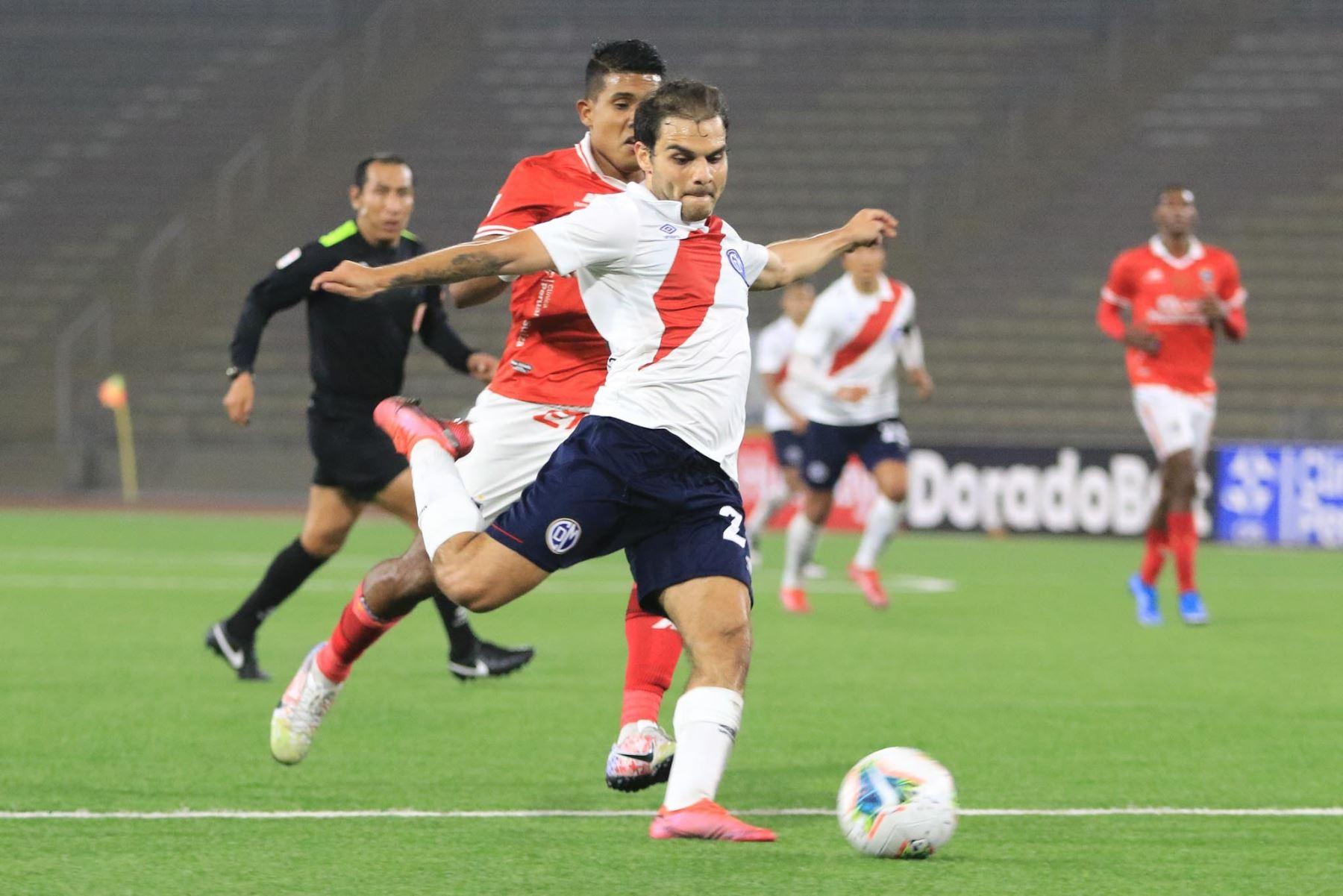 L. Cardoza del Deportivo Municipal dispara el balón ante la marca de su rival del Cienciano durante partido por la cuarta fecha de la Liga 1, en el Estadio San Marcos. Foto: Liga 1