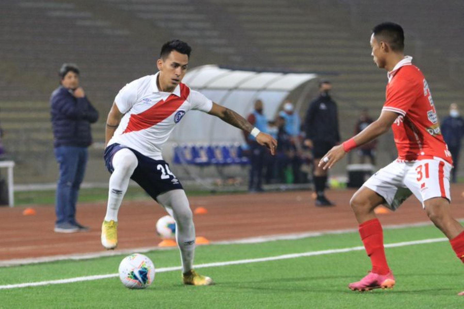C. Neyra del Deportivo Municipal disputa un balón ante A. Quintana del Cienciano durante partido por la cuarta fecha de la Liga 1, en el Estadio San Marcos. Foto: Liga 1