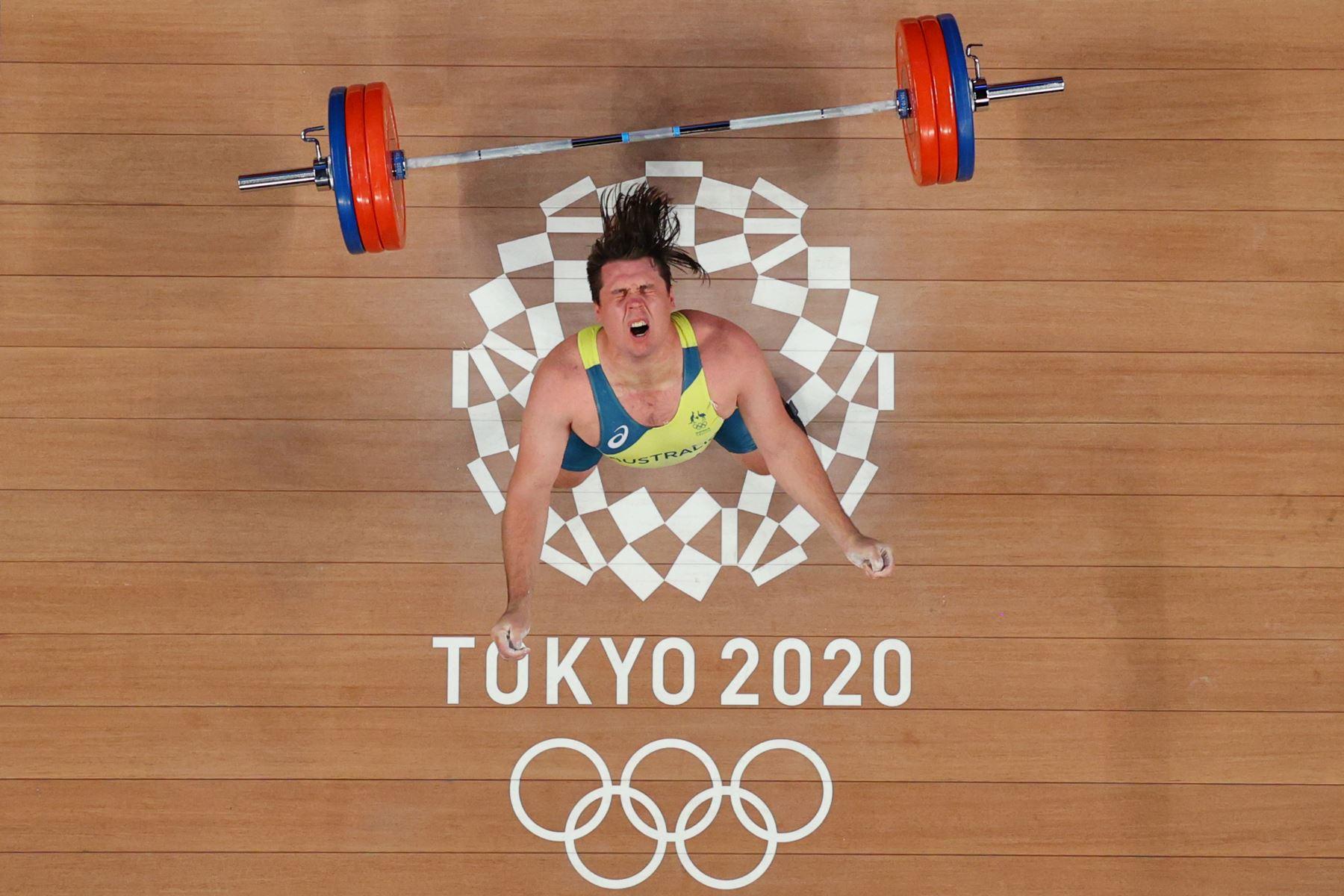 El australiano Matthew Ryan Lydement reacciona después de fallar un intento durante la competencia de halterofilia masculina de 109 kg durante los Juegos Olímpicos de Tokio 2020.  Foto: AFP