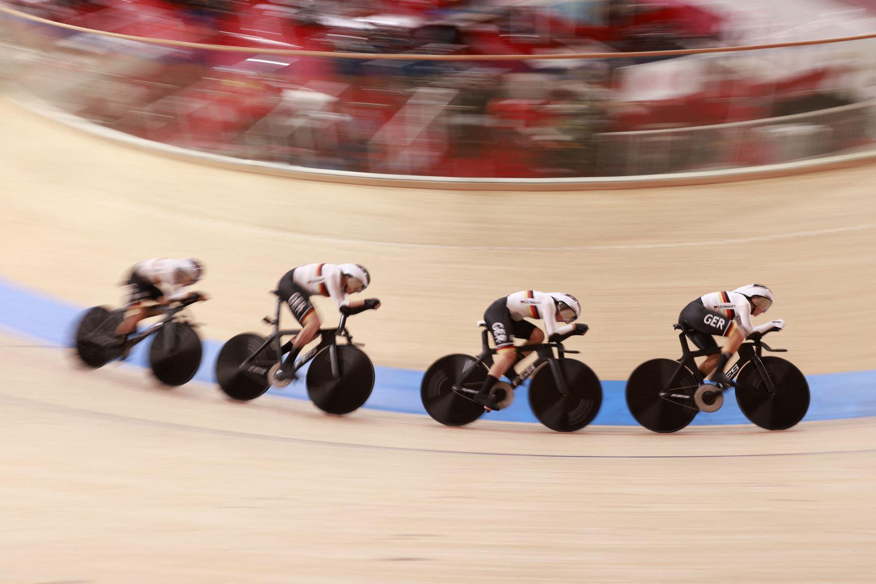 El equipo de Alemania compite para establecer el nuevo récord mundial durante la final de persecución por equipos de ciclismo en pista femenino durante los Juegos Olímpicos de Tokio 2020.  Foto: AFP