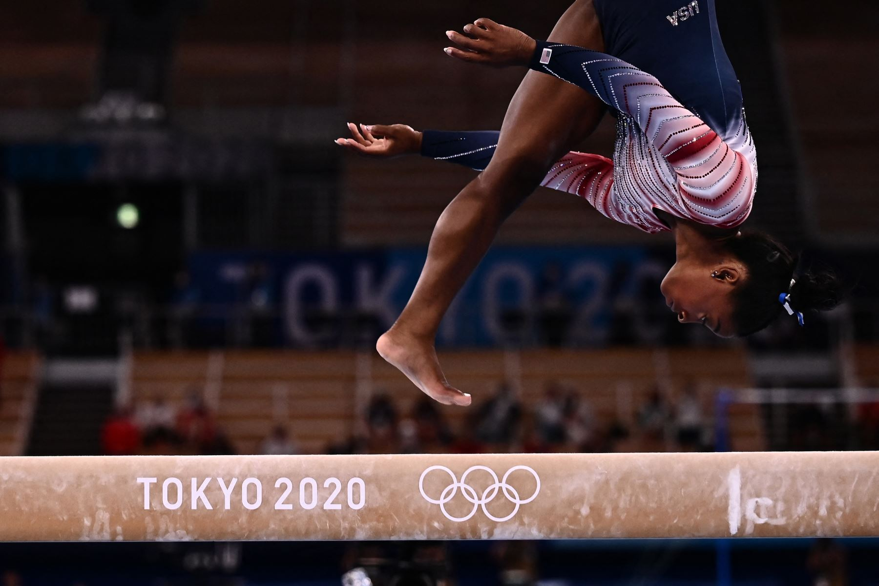 Simone Biles de EE. UU. Compite en la final de viga de equilibrio femenina de gimnasia artística de los Juegos Olímpicos de Tokio 2020.  Foto: AFP