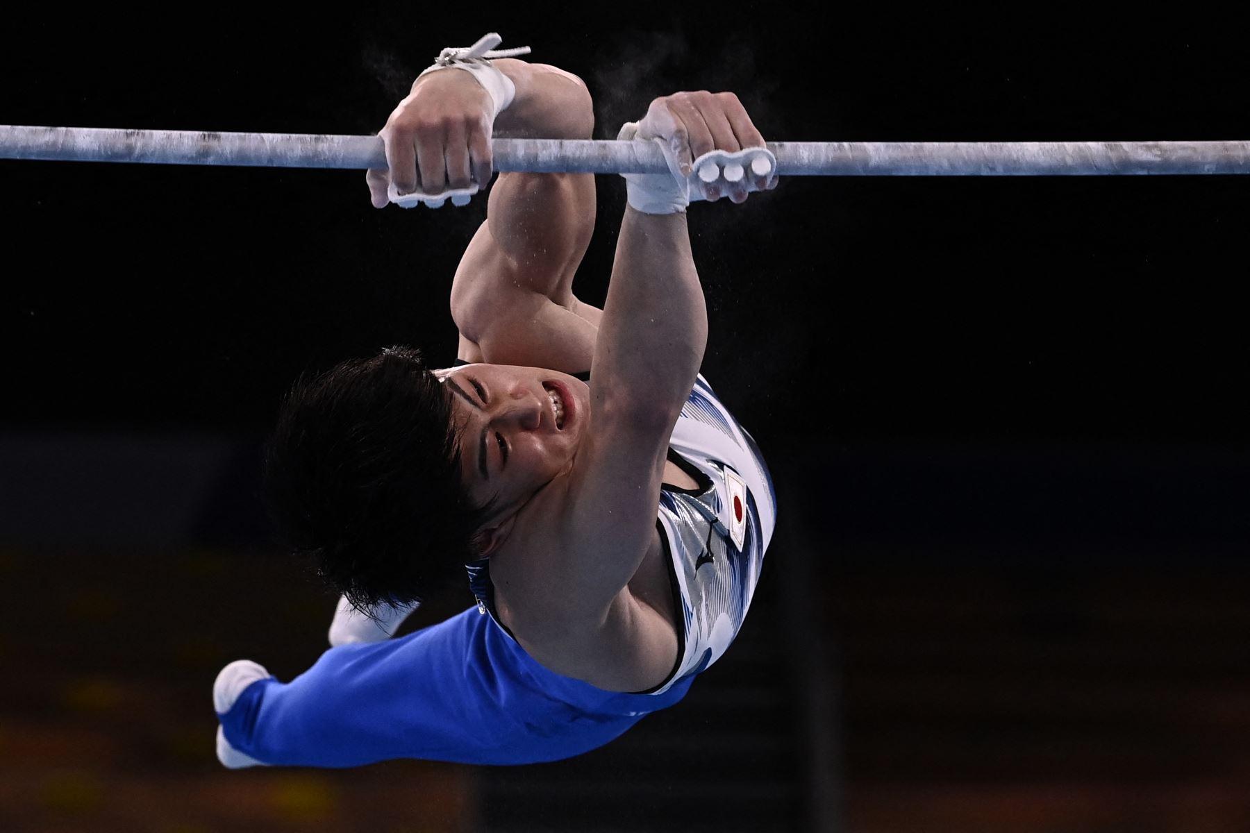 Daiki Hashimoto de Japón compite en la final de barra horizontal masculina de gimnasia artística de los Juegos Olímpicos de Tokio 2020.  Foto: AFP