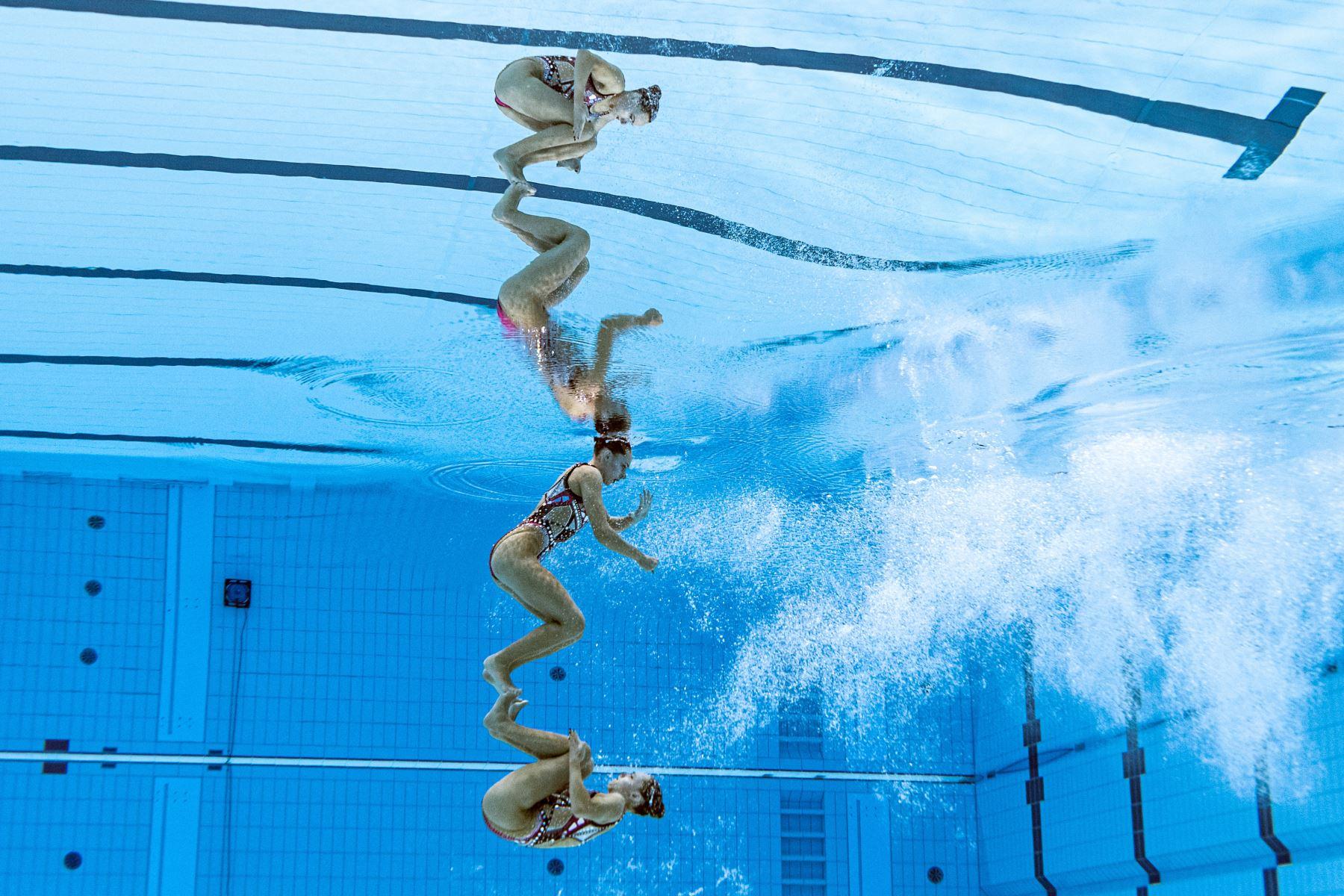 Una vista submarina muestra a Charlotte Tremble de Francia y Laura Tremble de Francia mientras compiten en el evento de natación artística de rutina técnica a dúo de mujeres durante los Juegos Olímpicos de Tokio 2020.  Foto: AFP