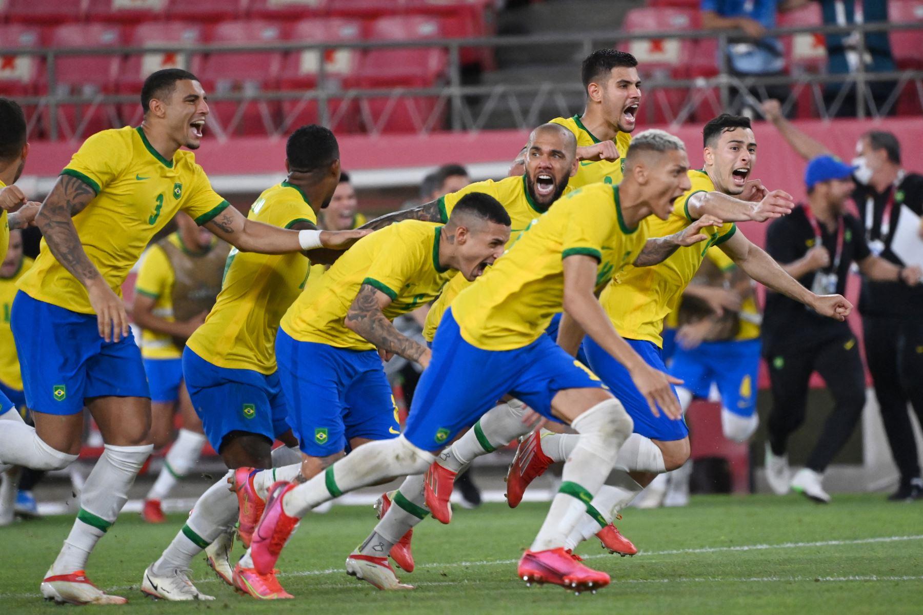 Los jugadores de Brasil celebran ganar el partido de fútbol de semifinales masculinos de los Juegos Olímpicos de Tokio 2020 entre México y Brasil en el estadio Ibaraki Kashima.  Foto: AFP