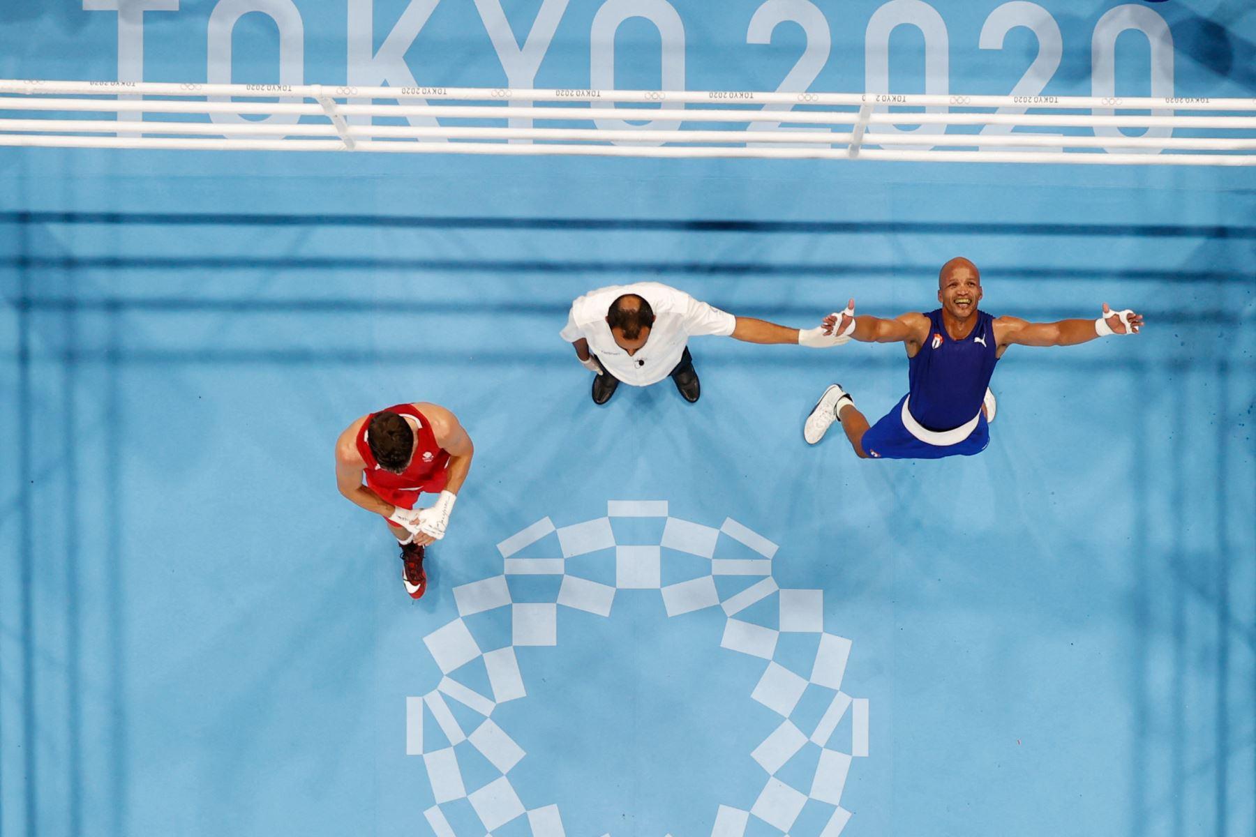 Una descripción general muestra al cubano Roniel Iglesias celebrando después de ganar al británico Pat McCormack después de su pelea final de boxeo welter masculino (63-69 kg) durante los Juegos Olímpicos de Tokio 2020.  Foto: AFP