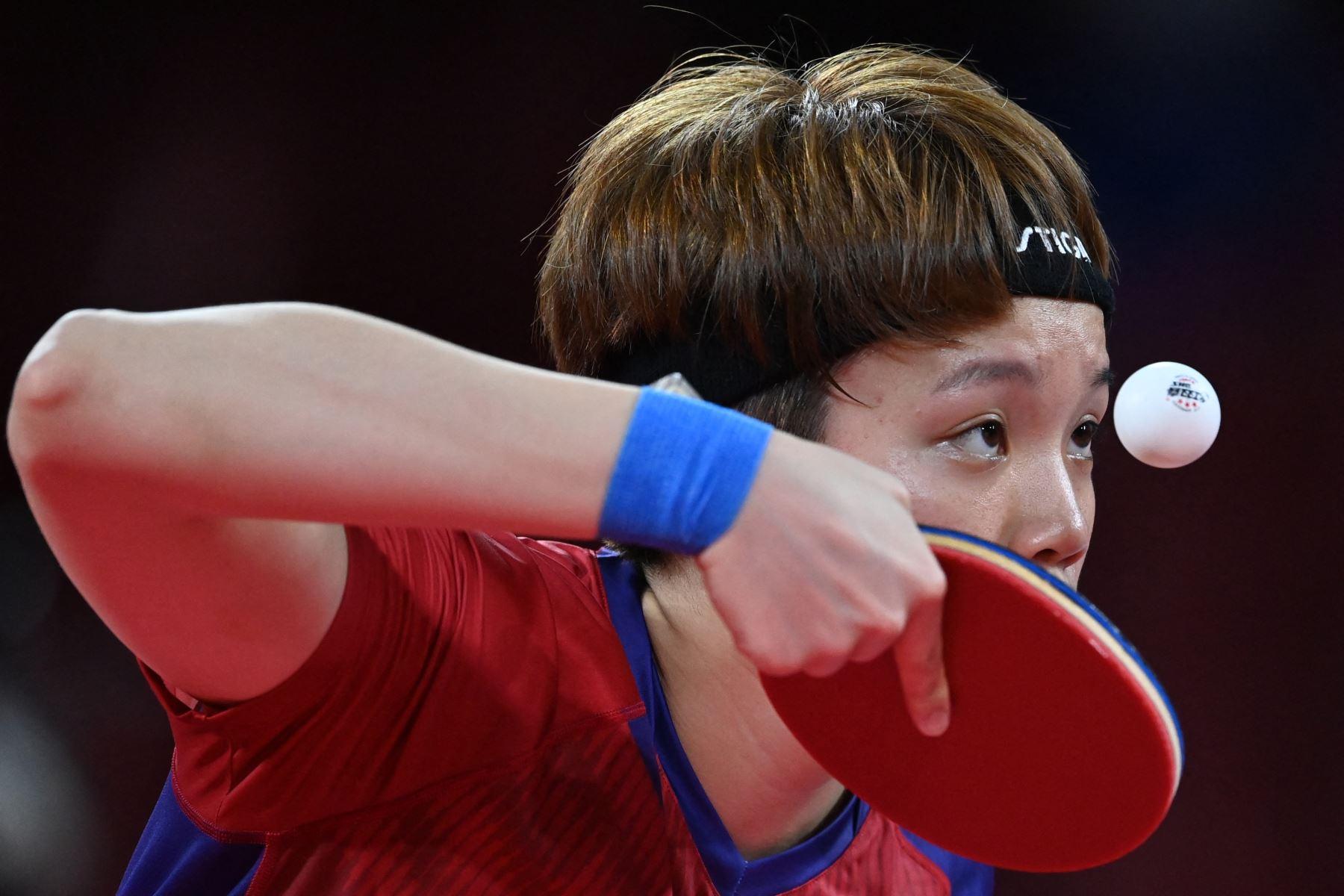 Doo Hoi-kem de Hong Kong sirve a Mima Ito de Japón durante el partido de tenis de mesa semifinal de su equipo femenino en el Gimnasio Metropolitano de Tokio durante los Juegos Olímpicos de Tokio 2020.  Foto: AFP