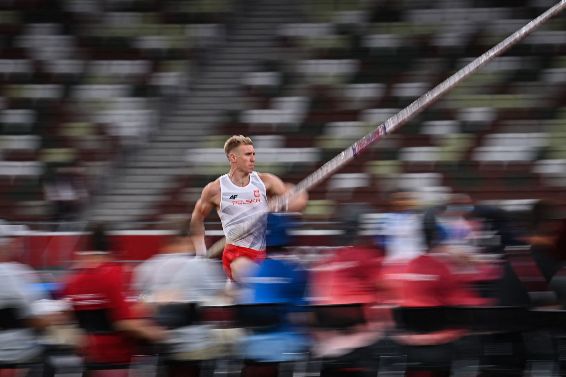 El polaco Piotr Lisek compite en la final de salto con pértiga masculino durante los Juegos Olímpicos de Tokio 2020.  Foto: AFP